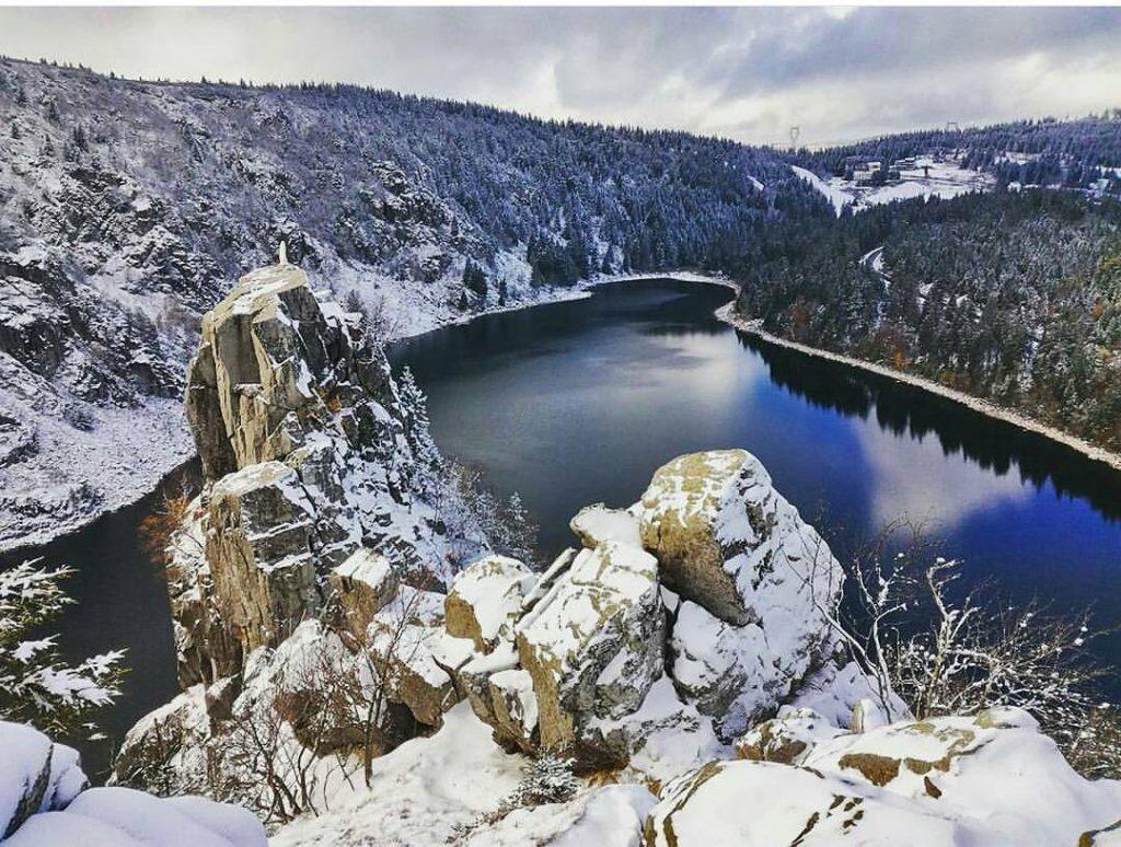 Vue sur le rocher de la Vierge au-dessus du lac Blanc dans les Vosges en hiver
