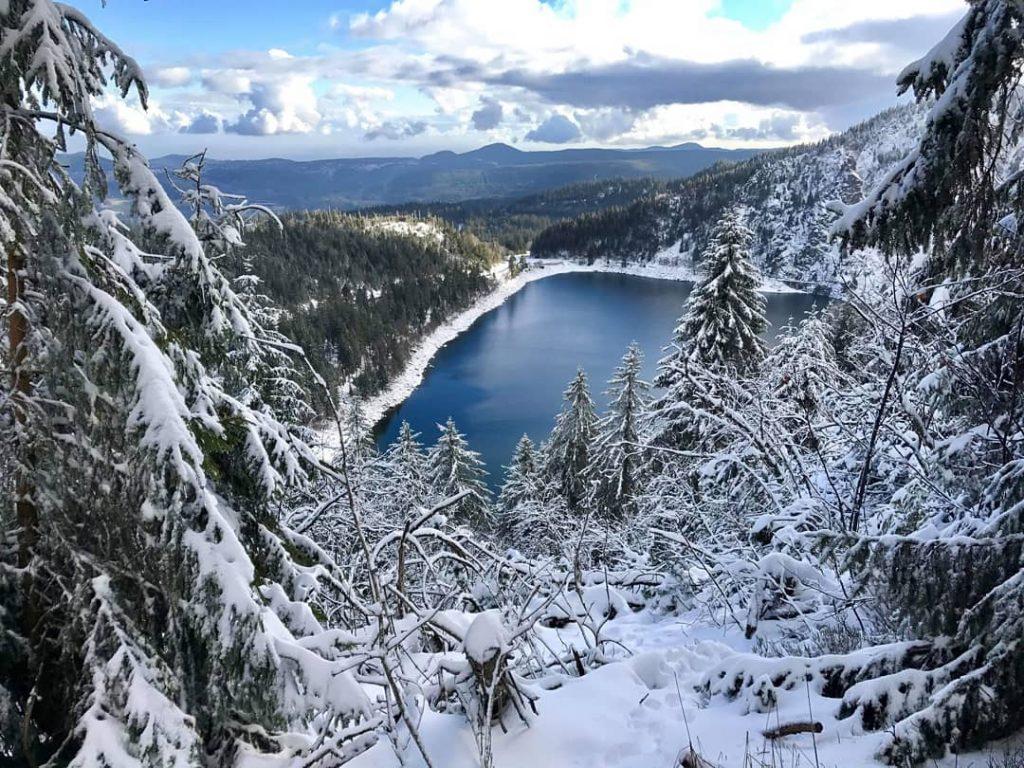 Vue sur le lac Blanc en hiver pendant une randonnée en raquettes dans les Vosges