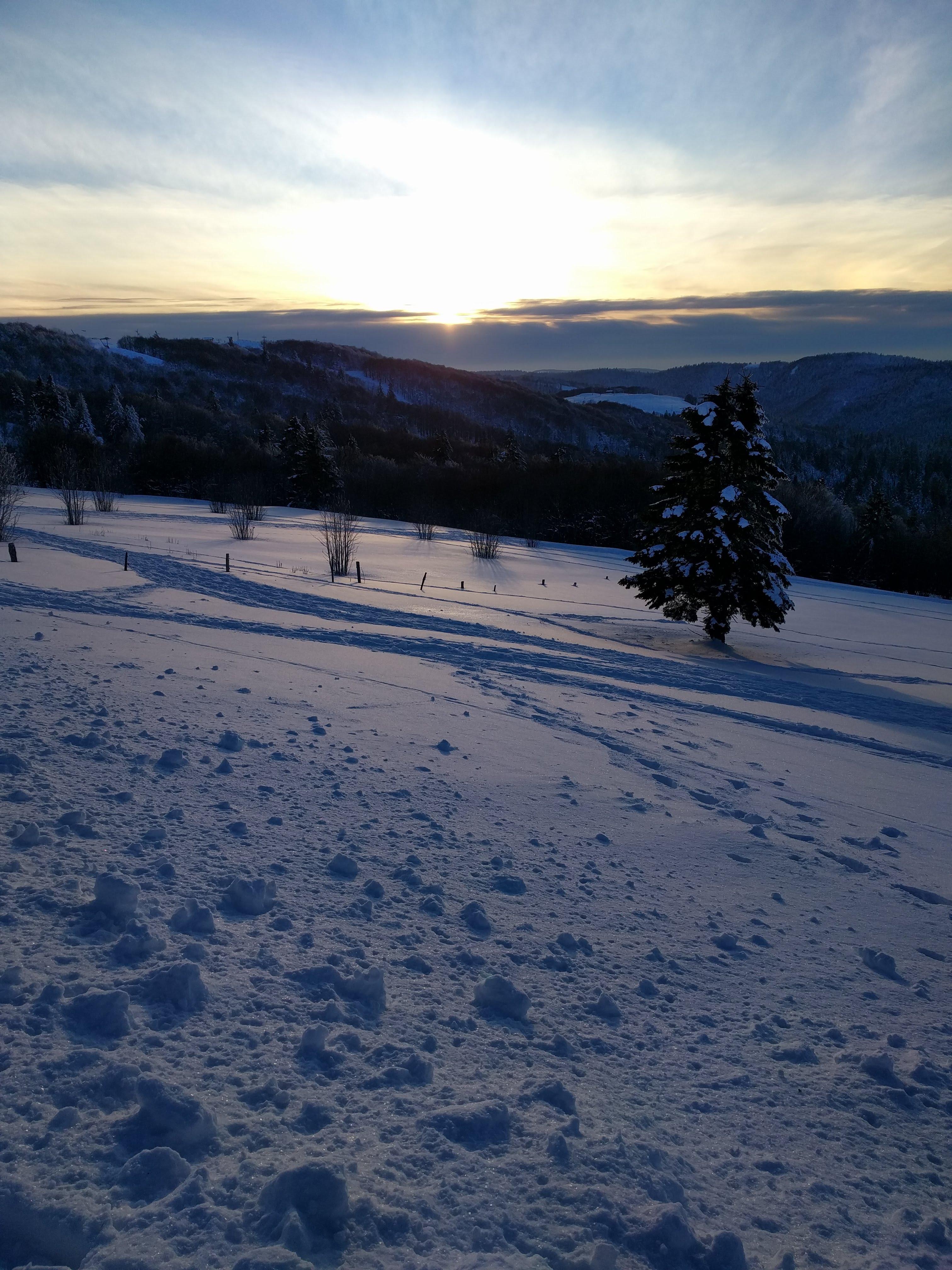 Coucher de soleil sur un paysage des Vosges enneigé