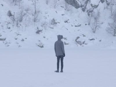 homme en hiver sur le lac blanc gelé