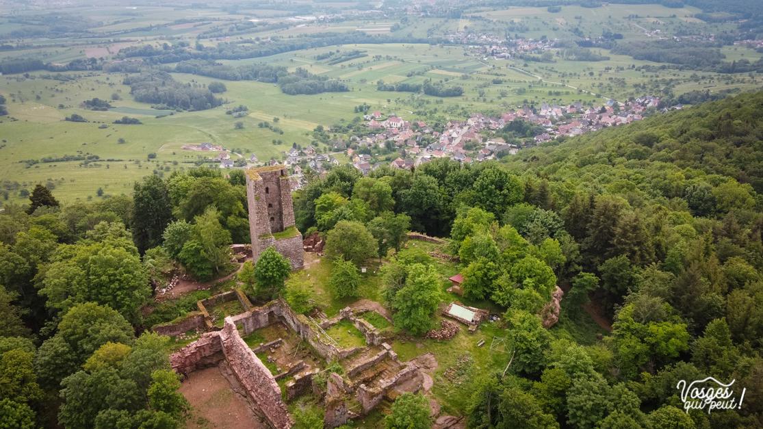 Le château du Grand Geroldseck au-dessus du village de Haegen dans les Vosges