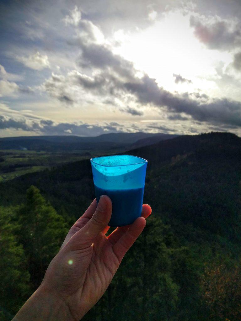 Pause café au-dessus de la grotte du Brotsch pendant votre rando sans voiture dans les Vosges