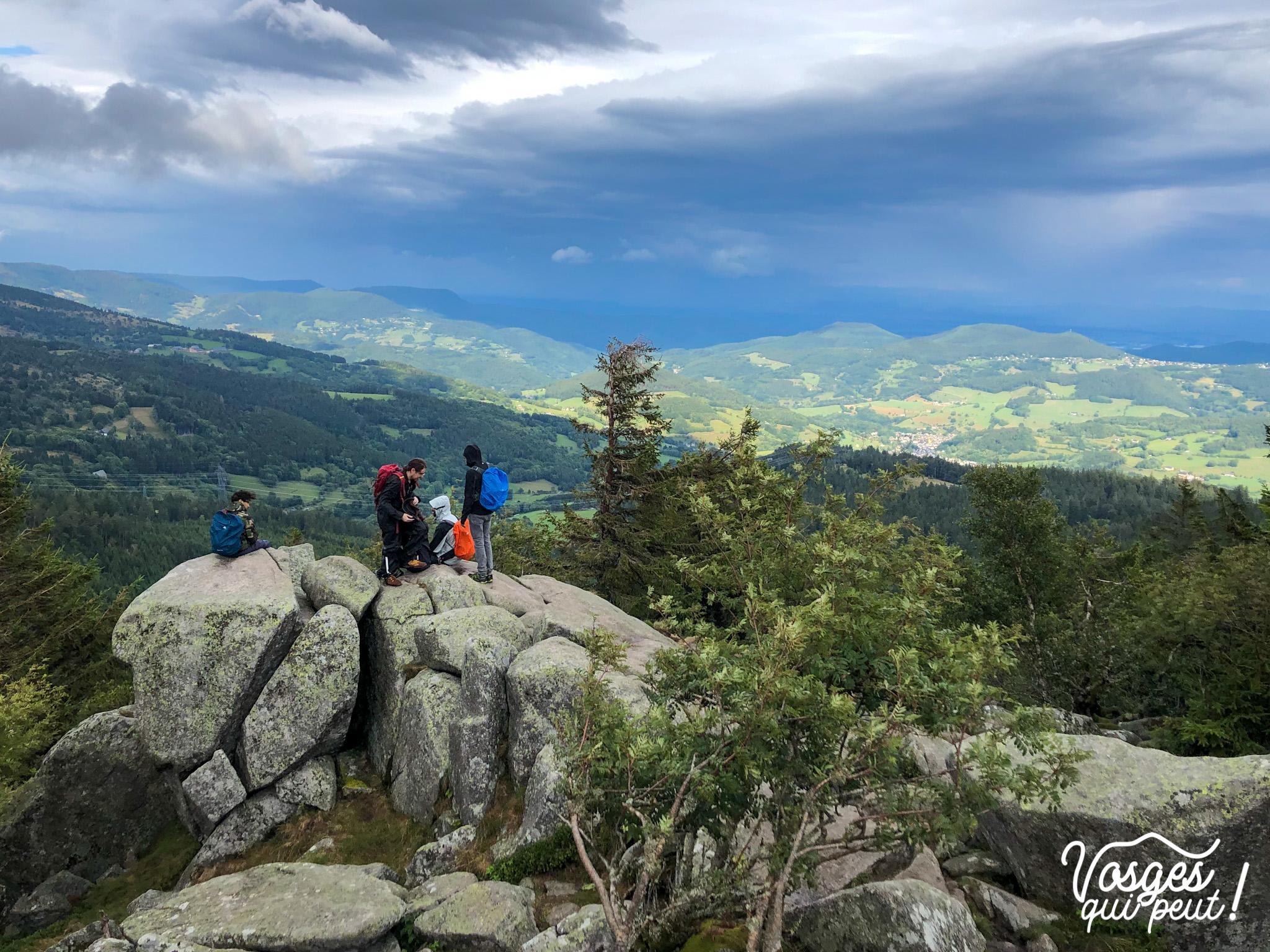 Des randonneurs au rocher du Tanet