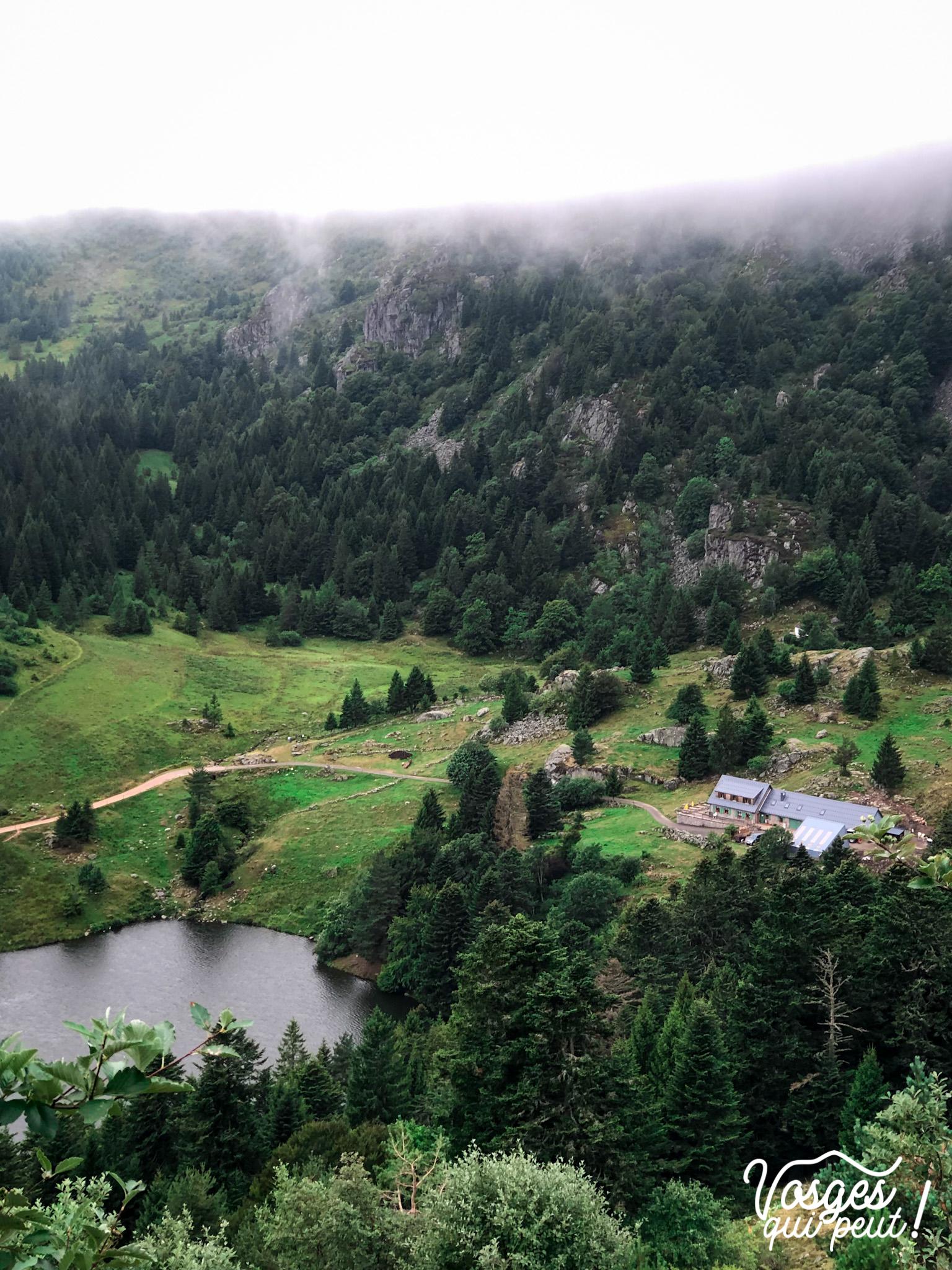 Vue sur l'auberge du Forlet et son lac