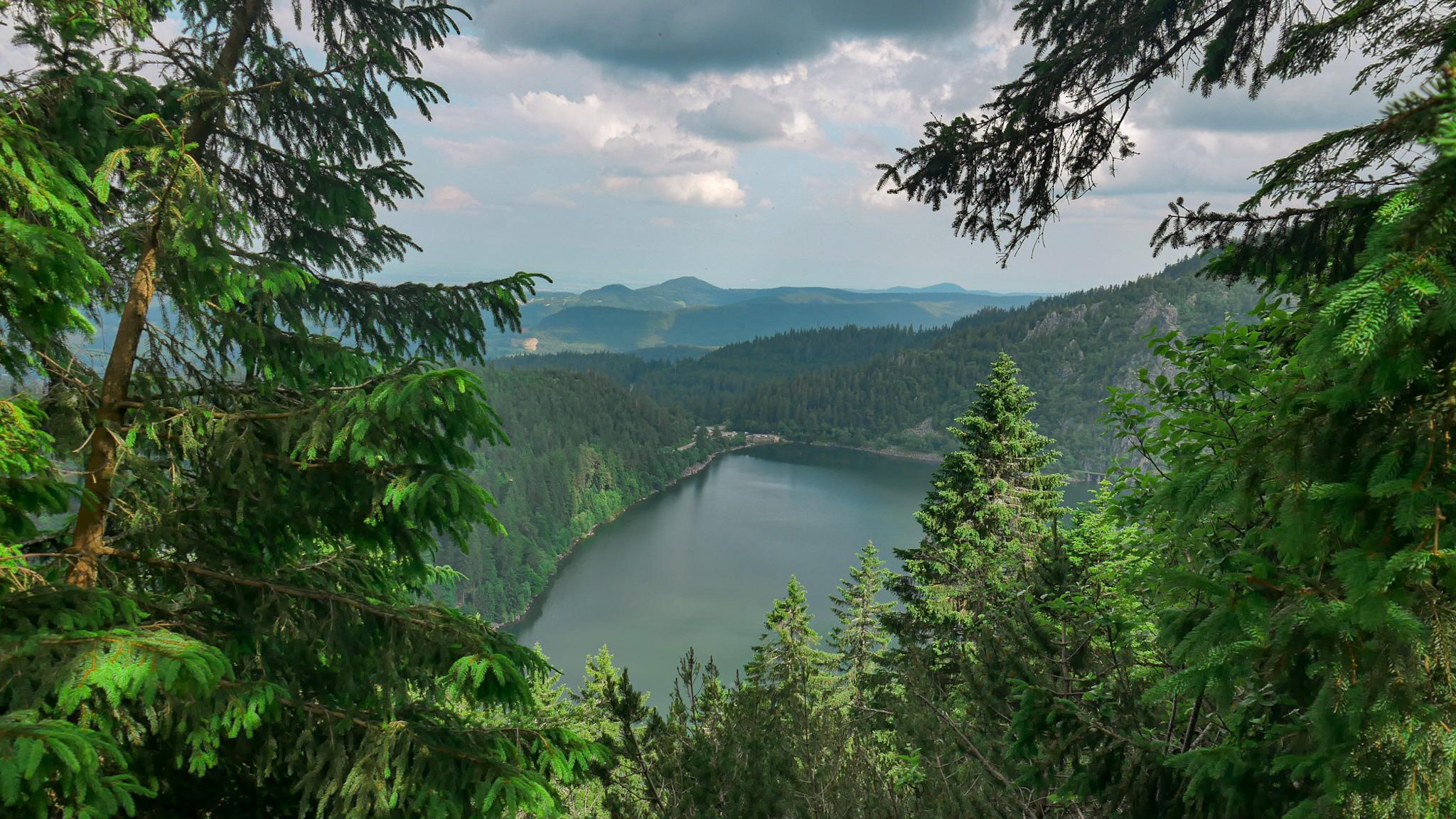 Vue sur le lac Blanc depuis le GR5 rectangle rouge