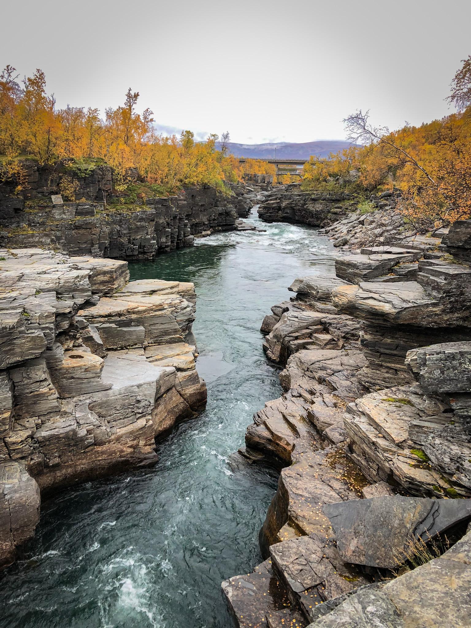 Les gorges d'Abisko au nord de la Suède creusées entre les rochers