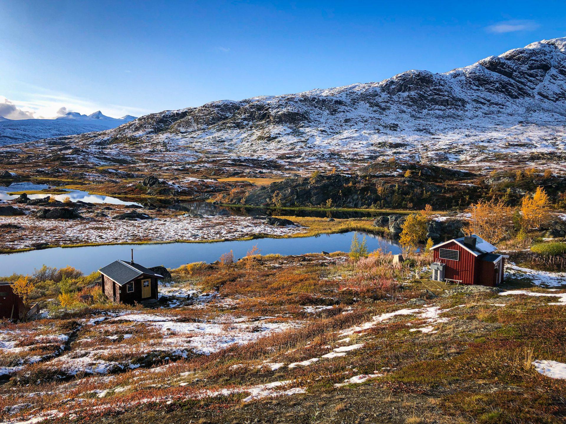 Payssage de Laponie suédoise avec un lac et des montagnes enneigées