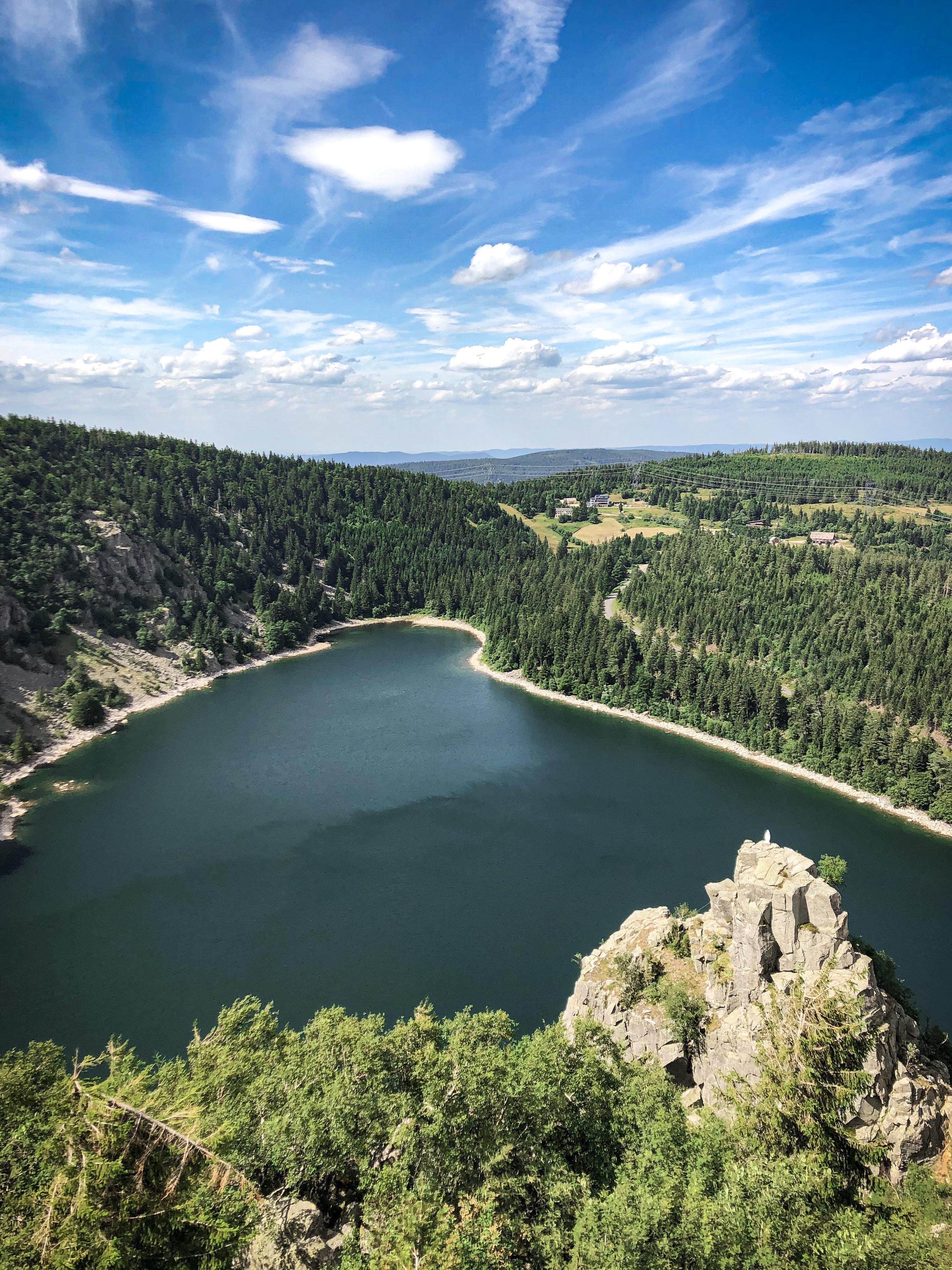 Vue sur le Lac Blanc dans les Vosges depuis le Rocher Hans