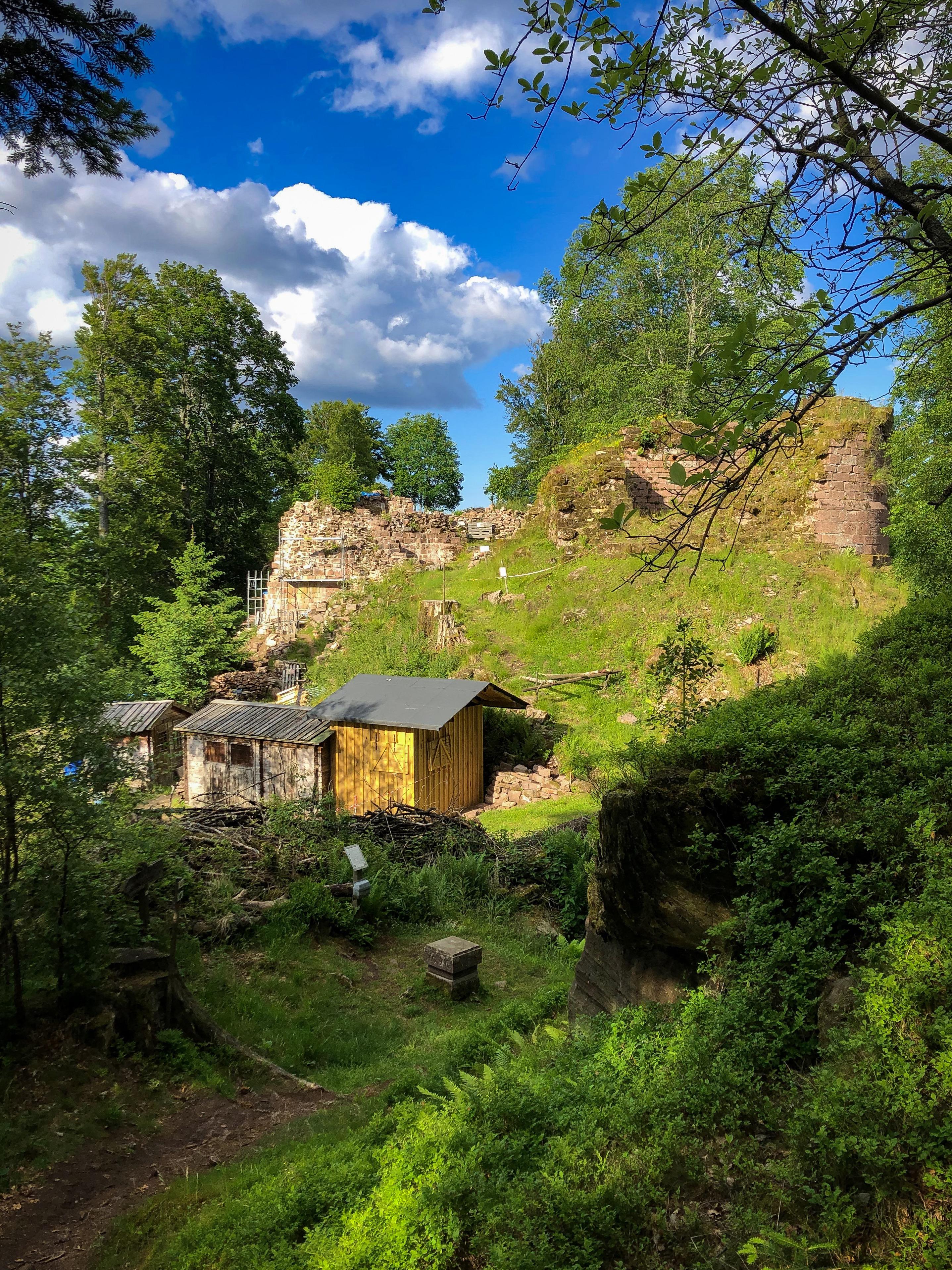 La ruine du château de Salm vue du sud avec au premier plan la cabane des bénévoles