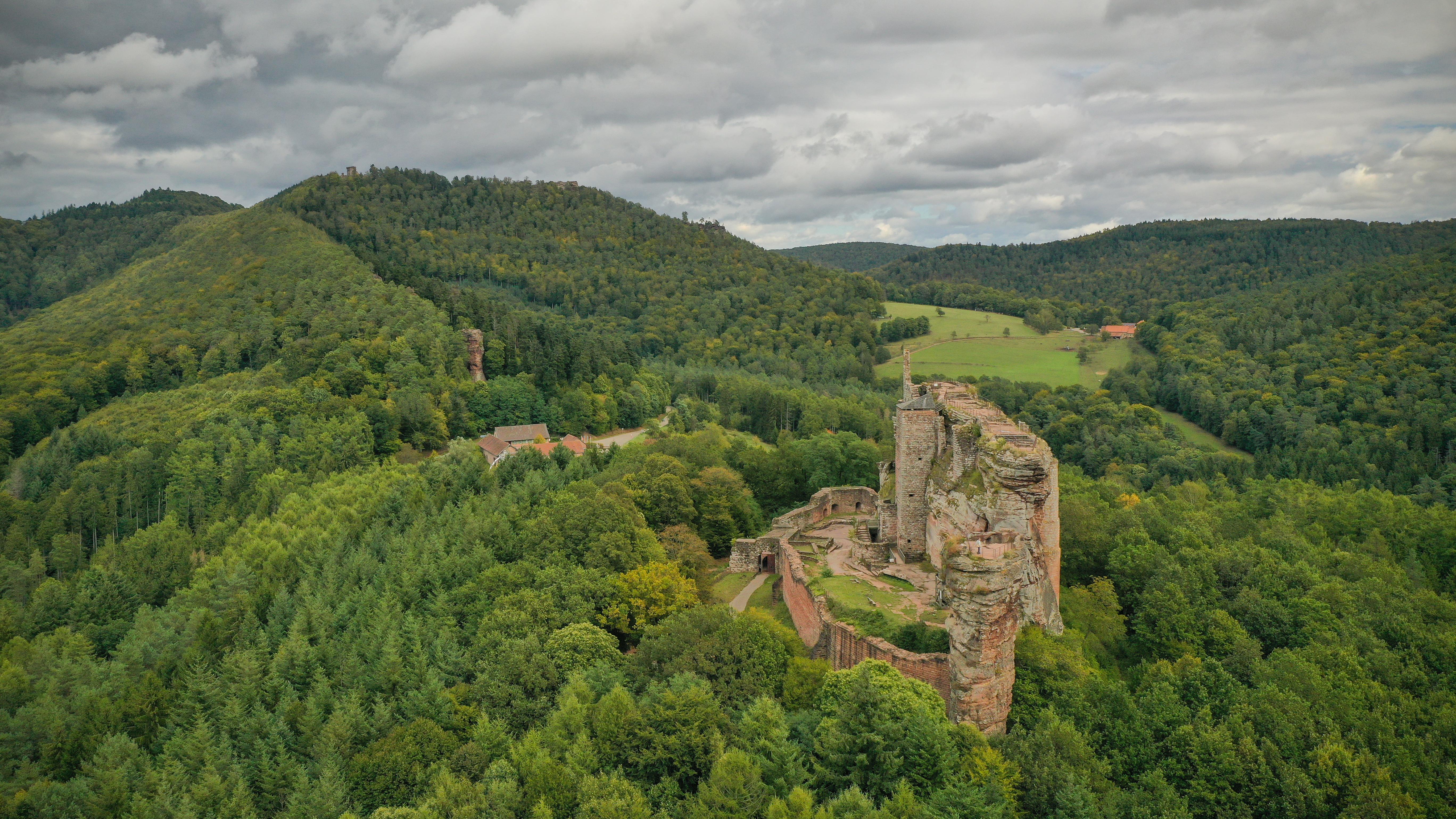Vue aérienne du château de Fleckenstein dans les Vosges du Nord