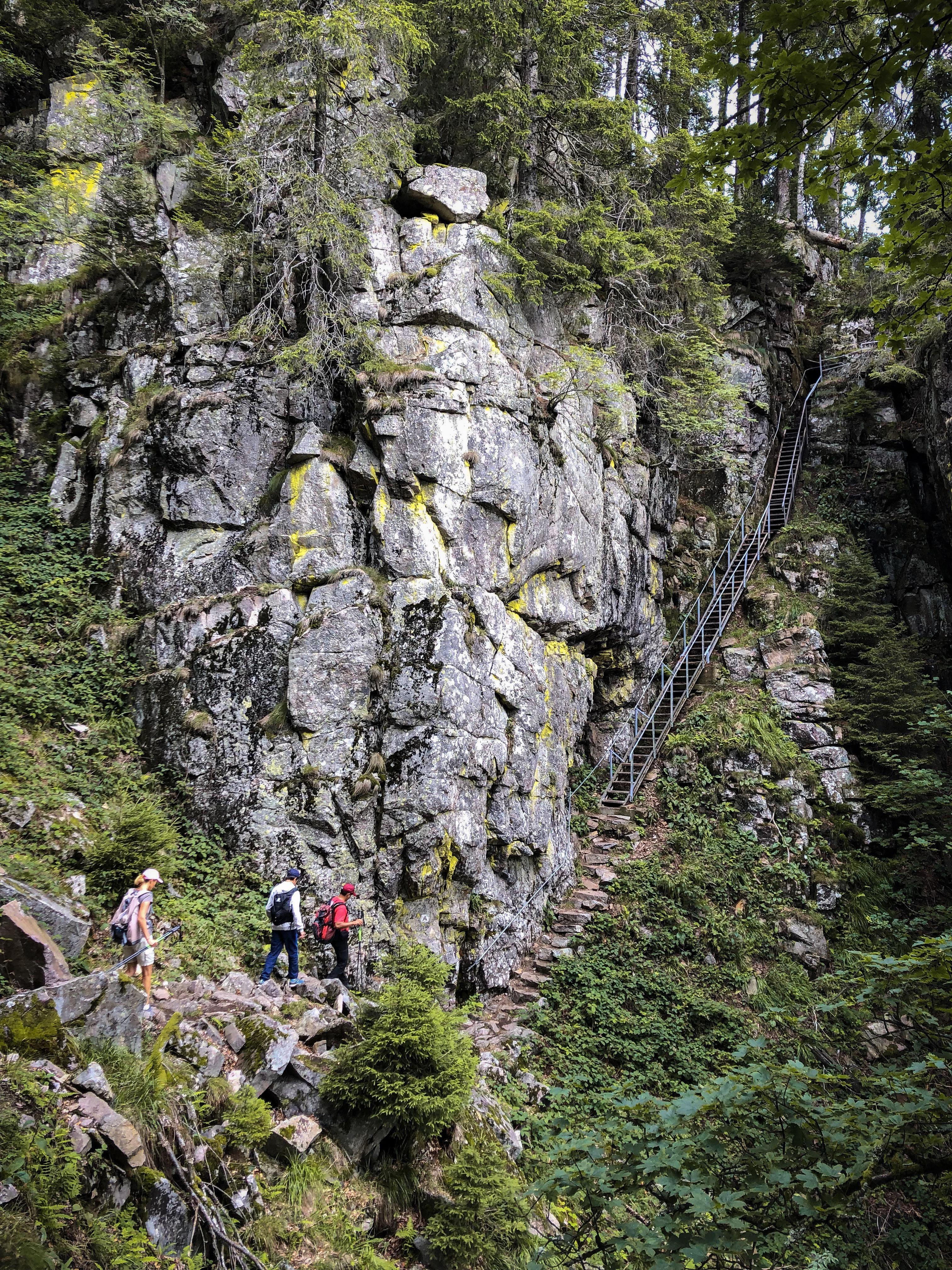 Deux randonneurs s'apprêtent à emprunter les escaliers du Hirschteine dans les Vosges