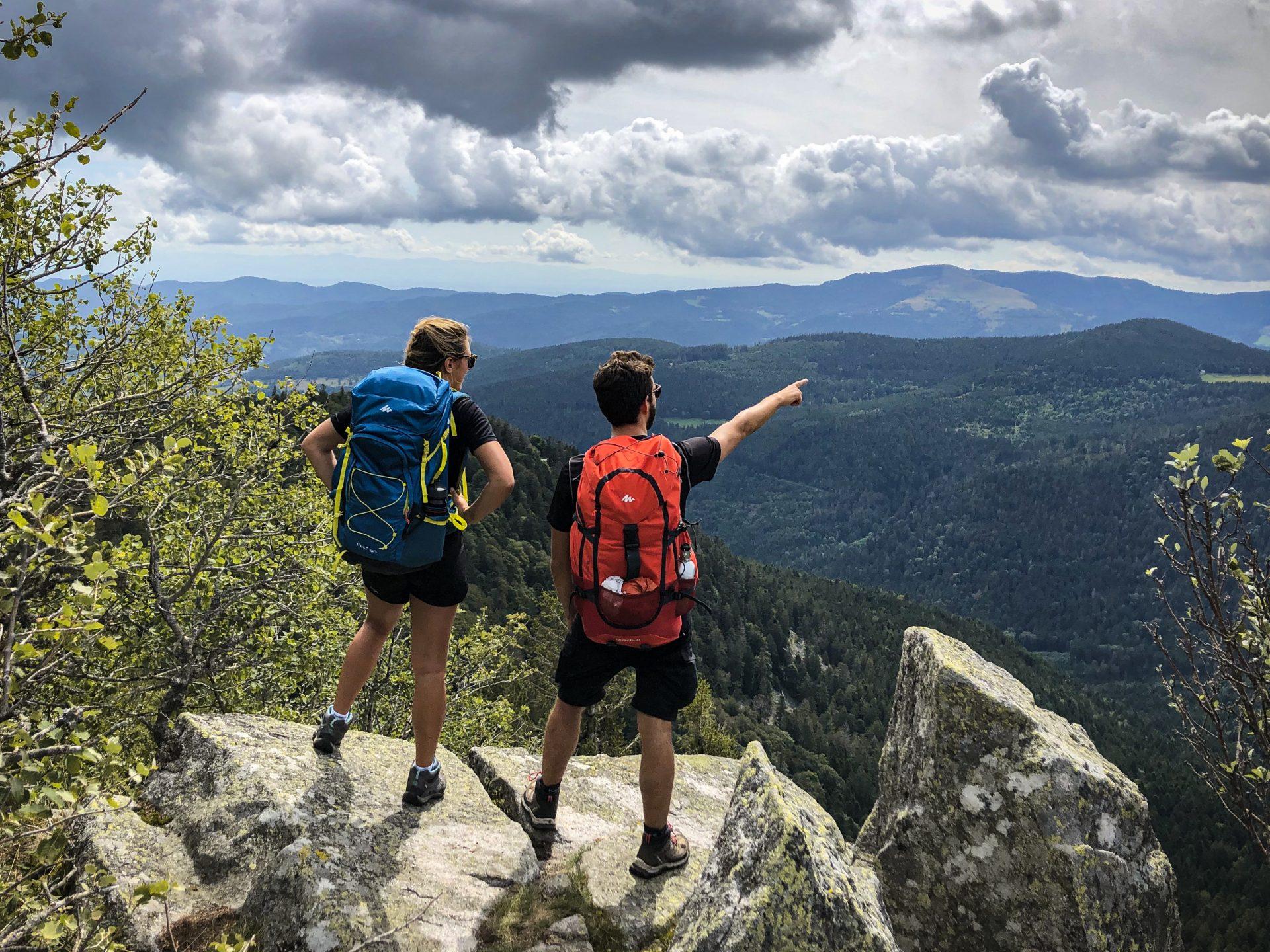 Deux randonneurs au Spitzenfels pendant une micro-aventure dans les Vosges