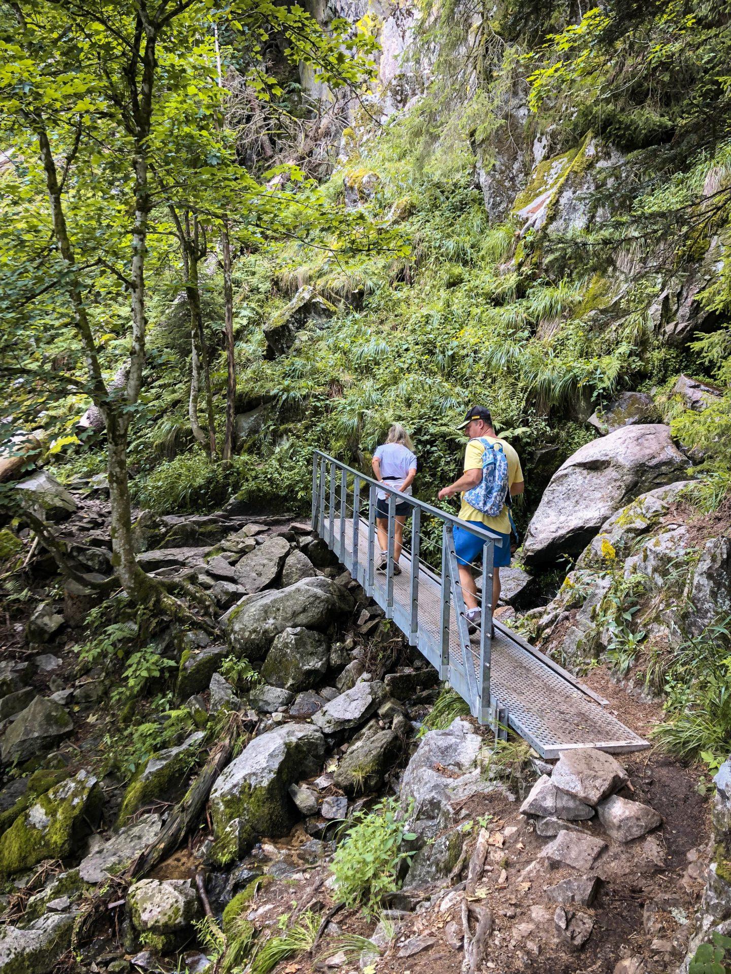 Deux randonneurs sur le sentier des Roches dans les Vosges