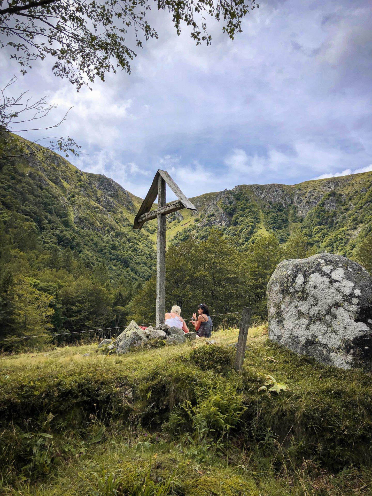 Deux randonneuses pique-niquent à côté de la marcairie du Frankenthal après le Sentier des Roches