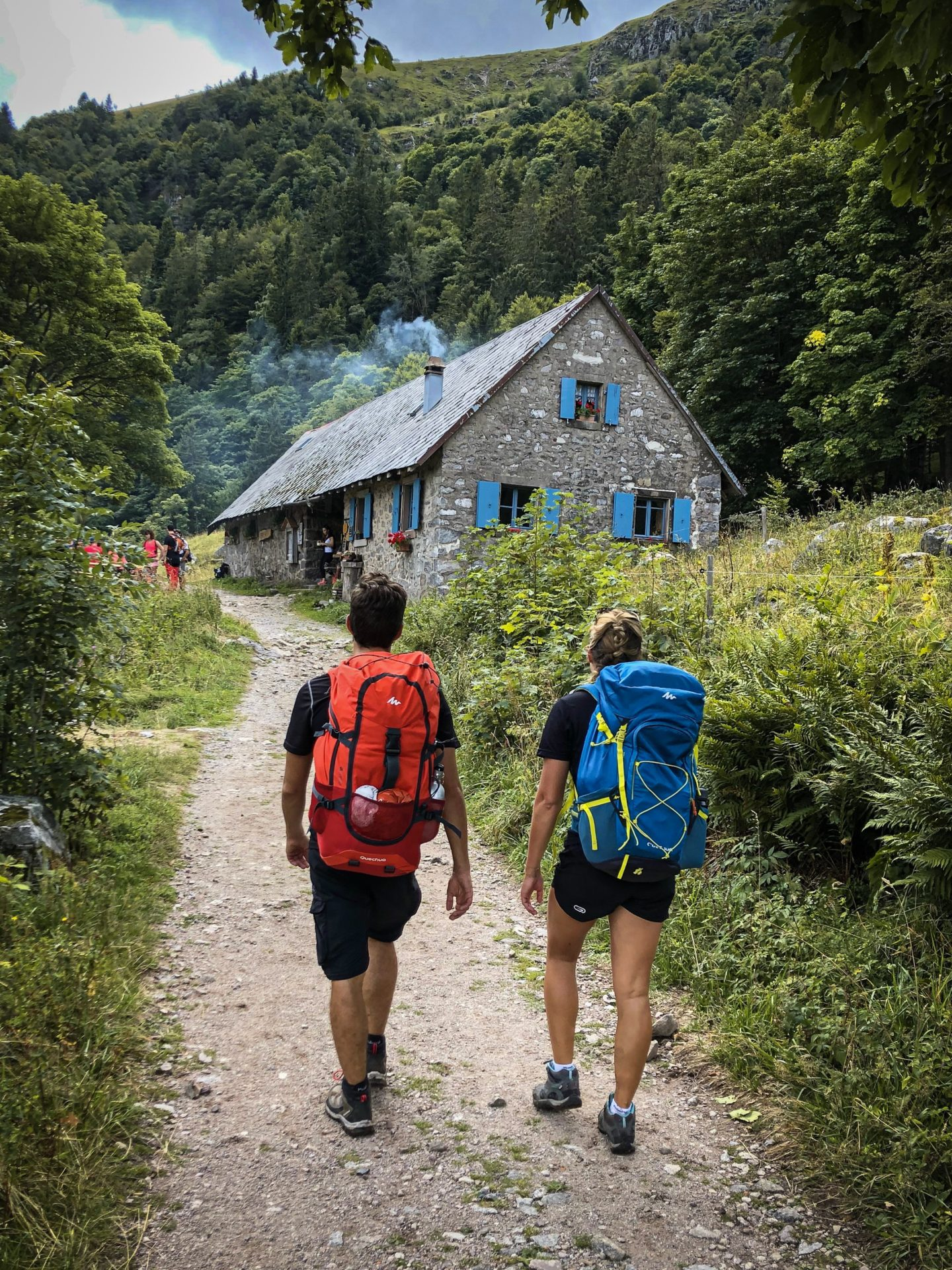 Deux randonneurs à la sortie du Sentier des Roches devant la marcairie du Frankenthal