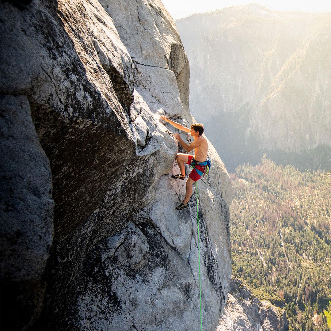 Alex Honnold grimpant sur un rocher d'escalade
