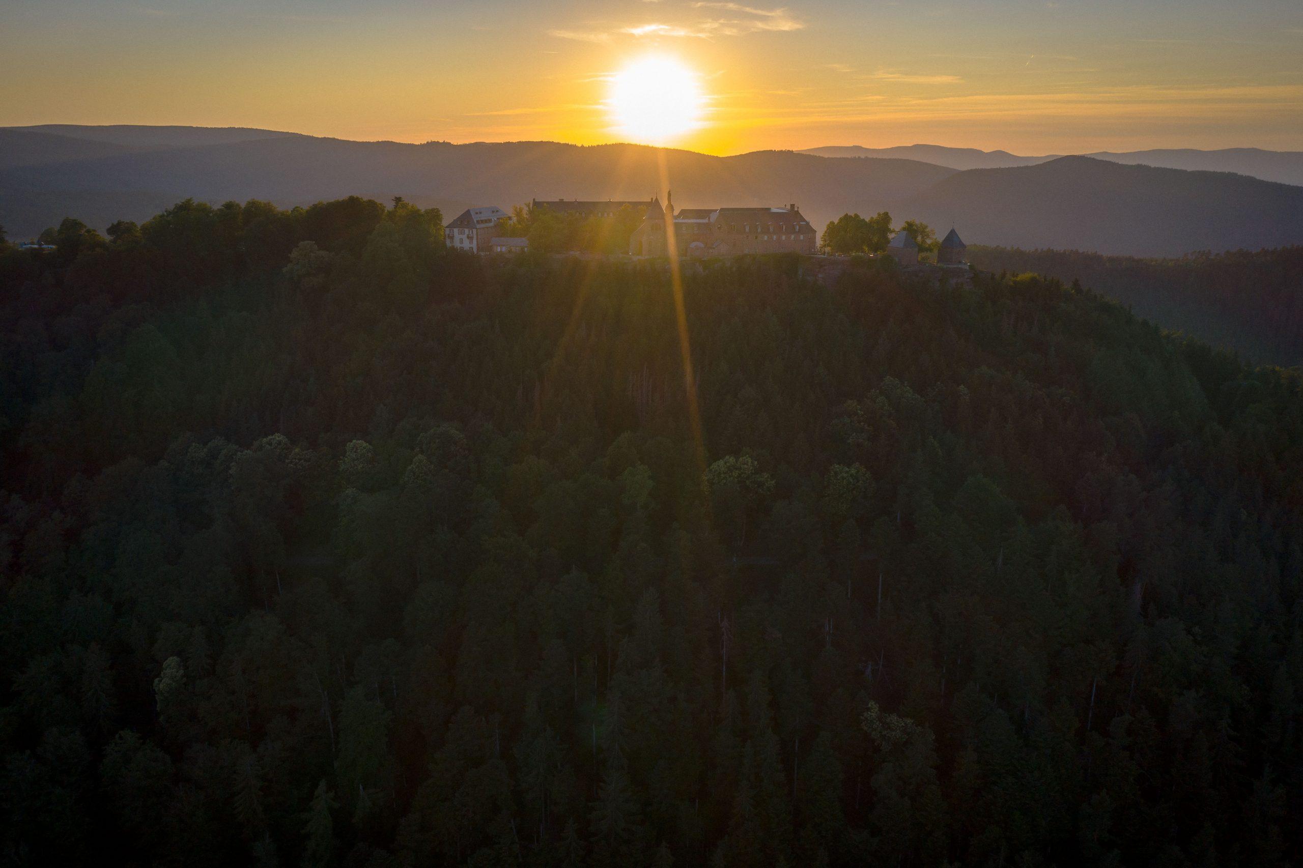 Le couvent du Mont Sainte Odile en Alsace au coucher du soleil