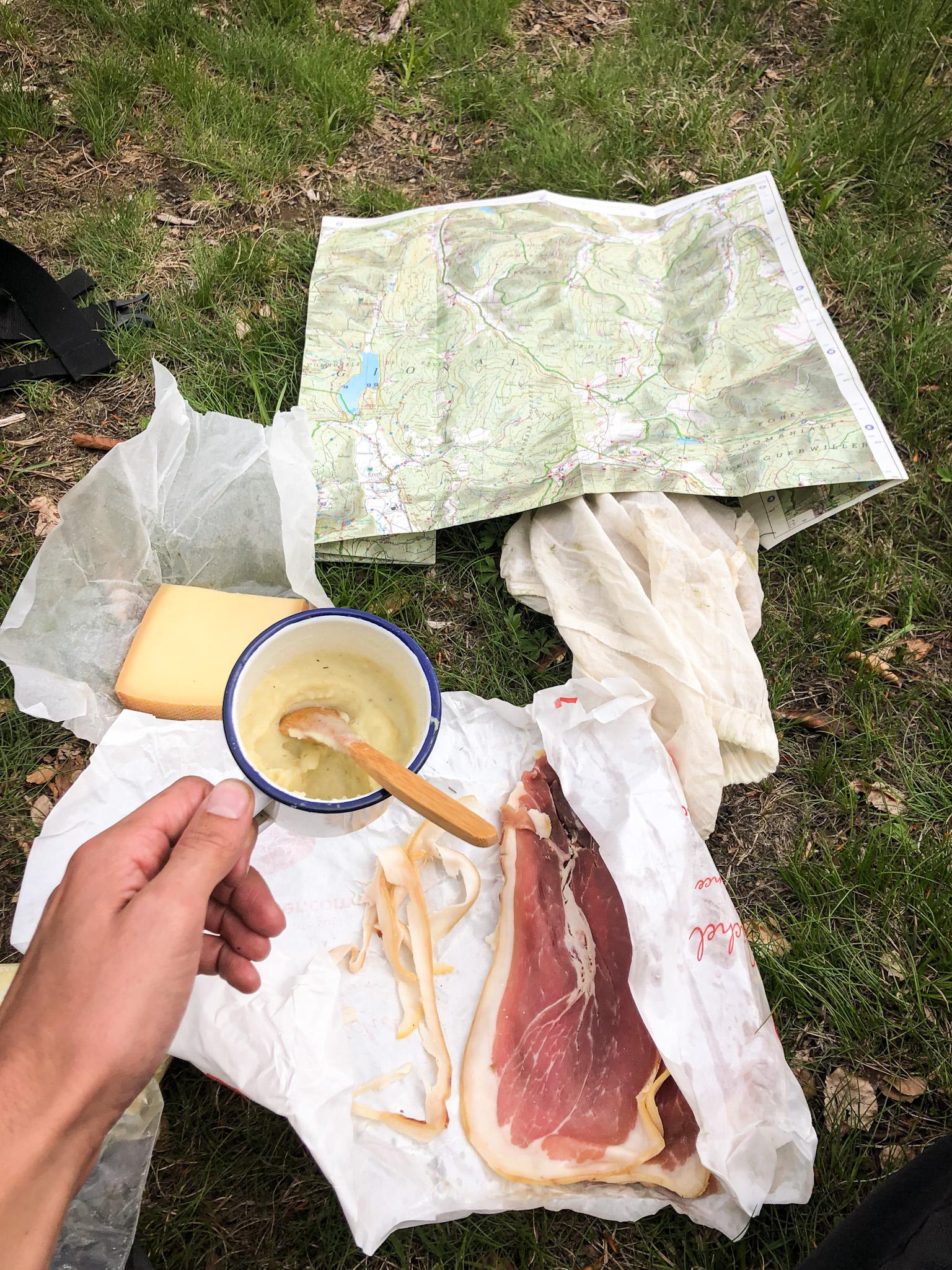 Un dîner dans les Vosges avec de la purée, du jambon et du fromage