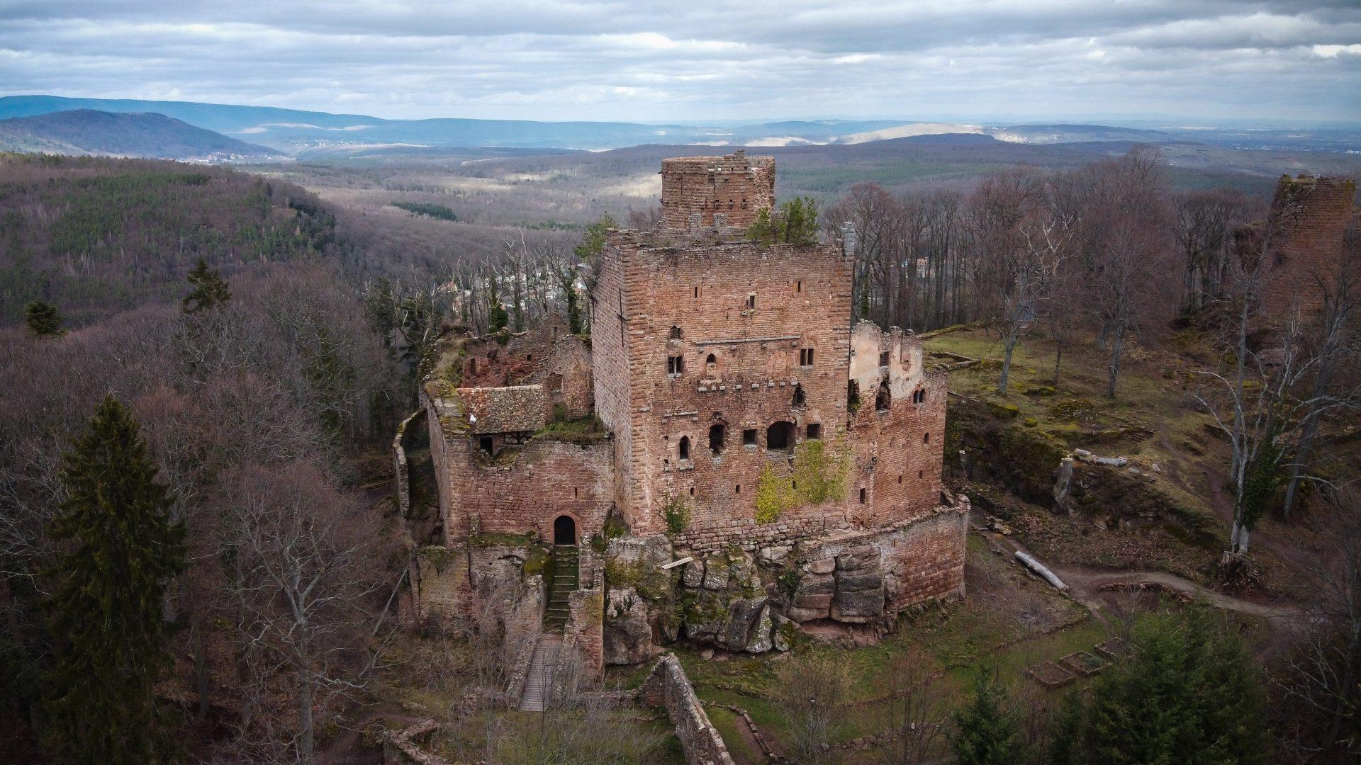 Le château de Rathsamhausen au-dessus d'Ottrott