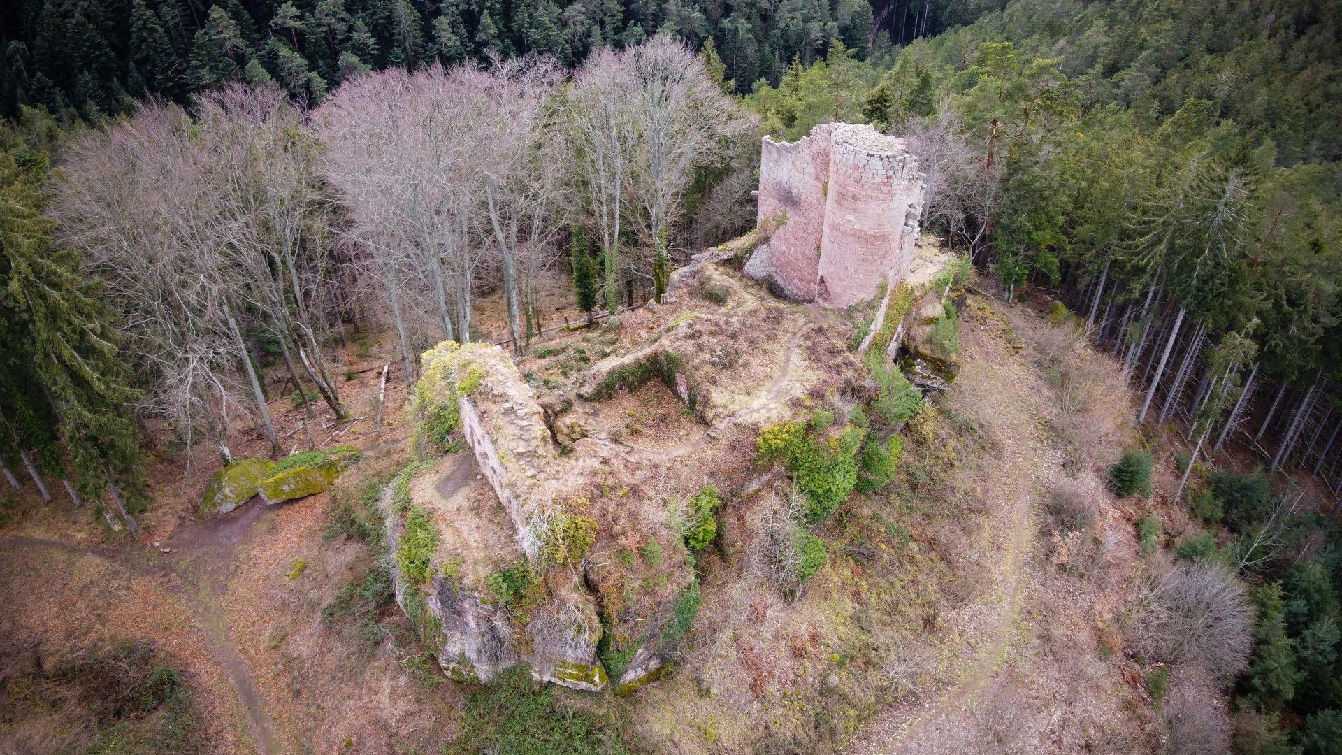 Le château occidental du Dreistein à côté du Mont Sainte-Odile en Alsace