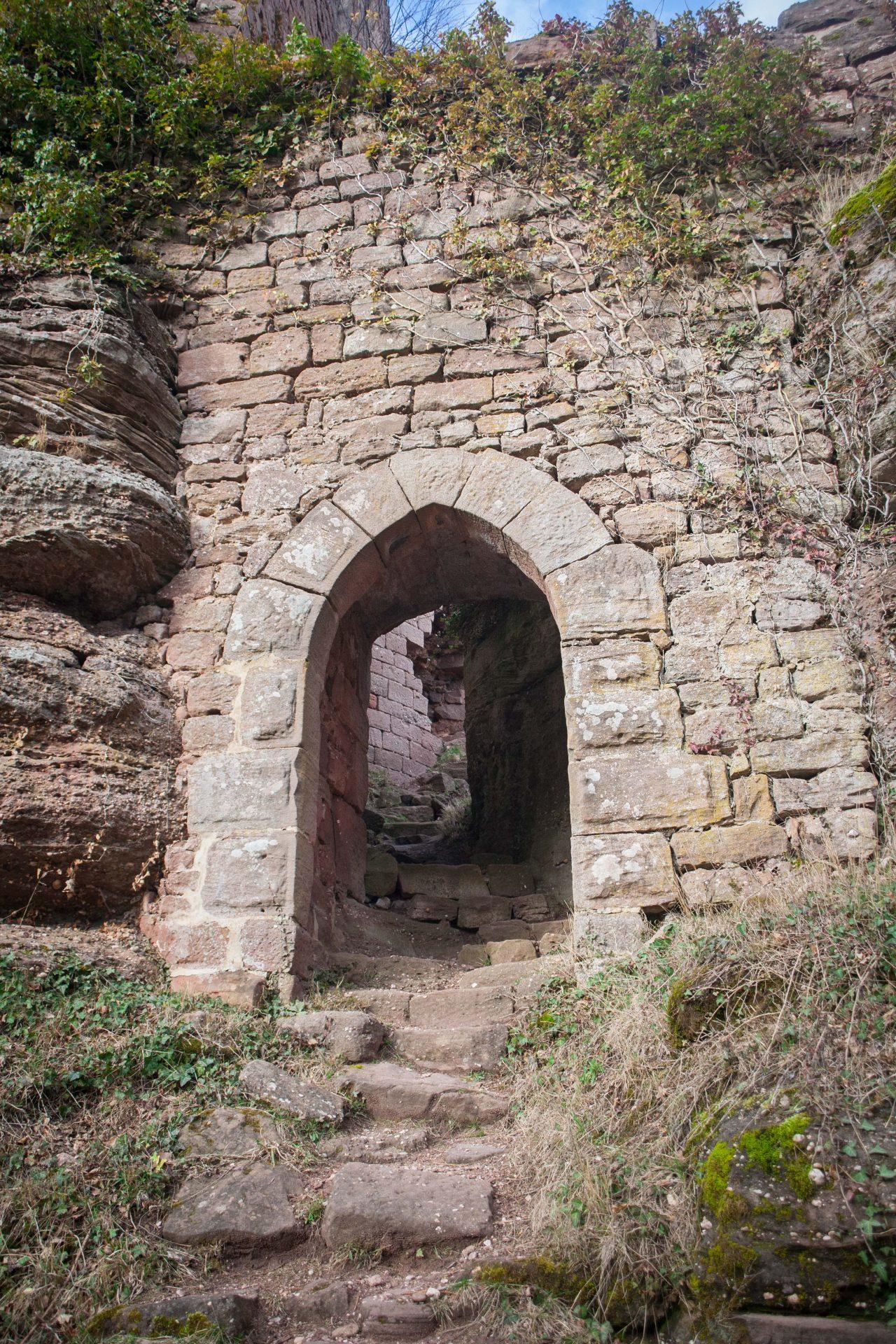 Porte du château du Dreistein à côté du Mont Sainte-Odile en Alsace
