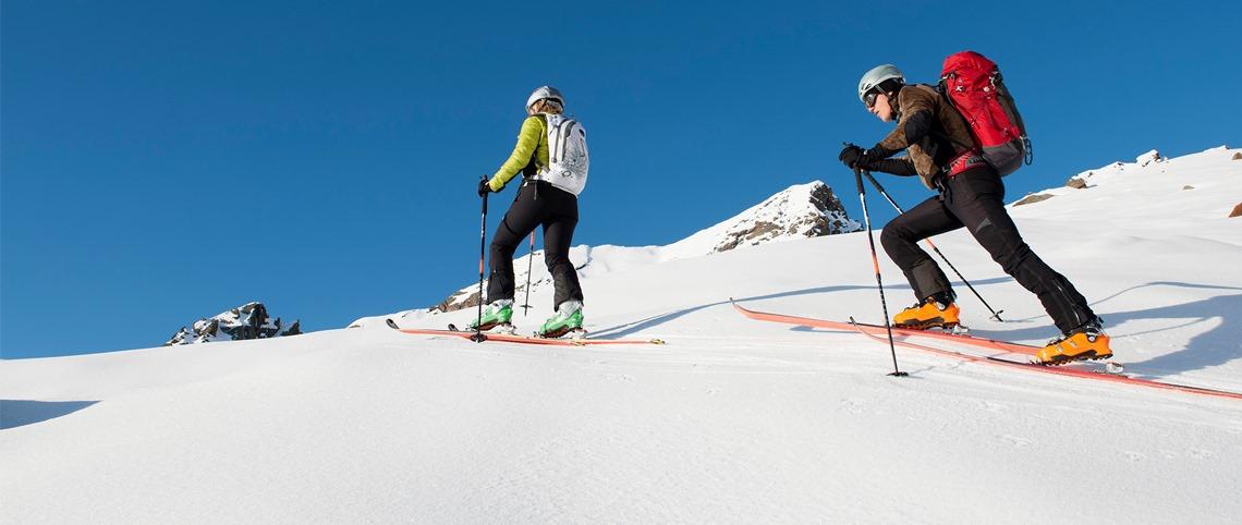 Deux skieurs de randonnée pendant une sortie en montagne