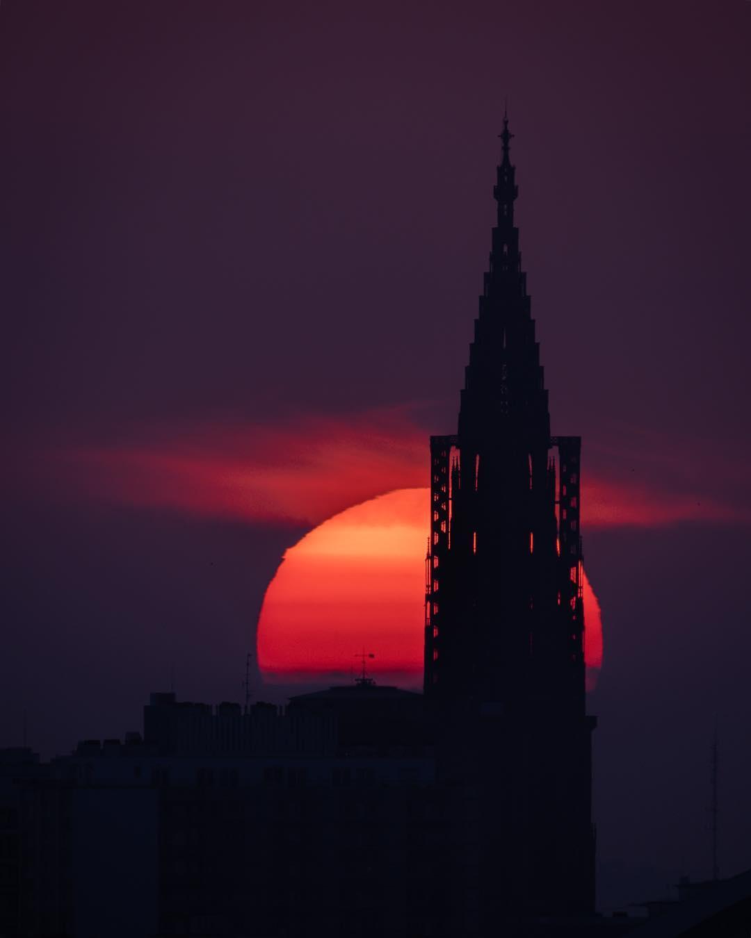 Coucher de soleil derrière la cathédrale de Strasbourg