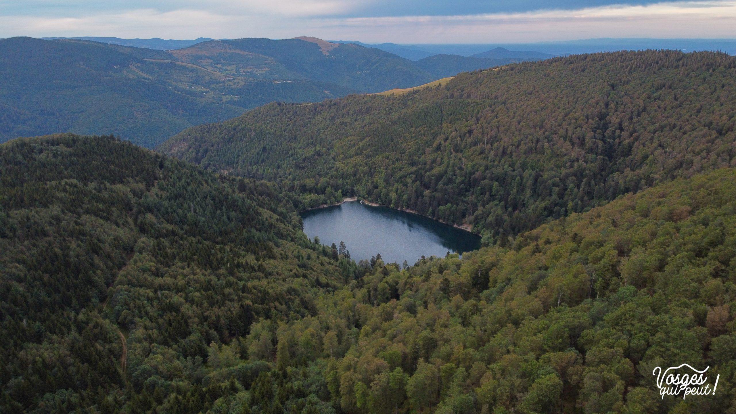 Vue aérienne sur le lac du Ballon au pied du Grand Ballon dans les Vosges