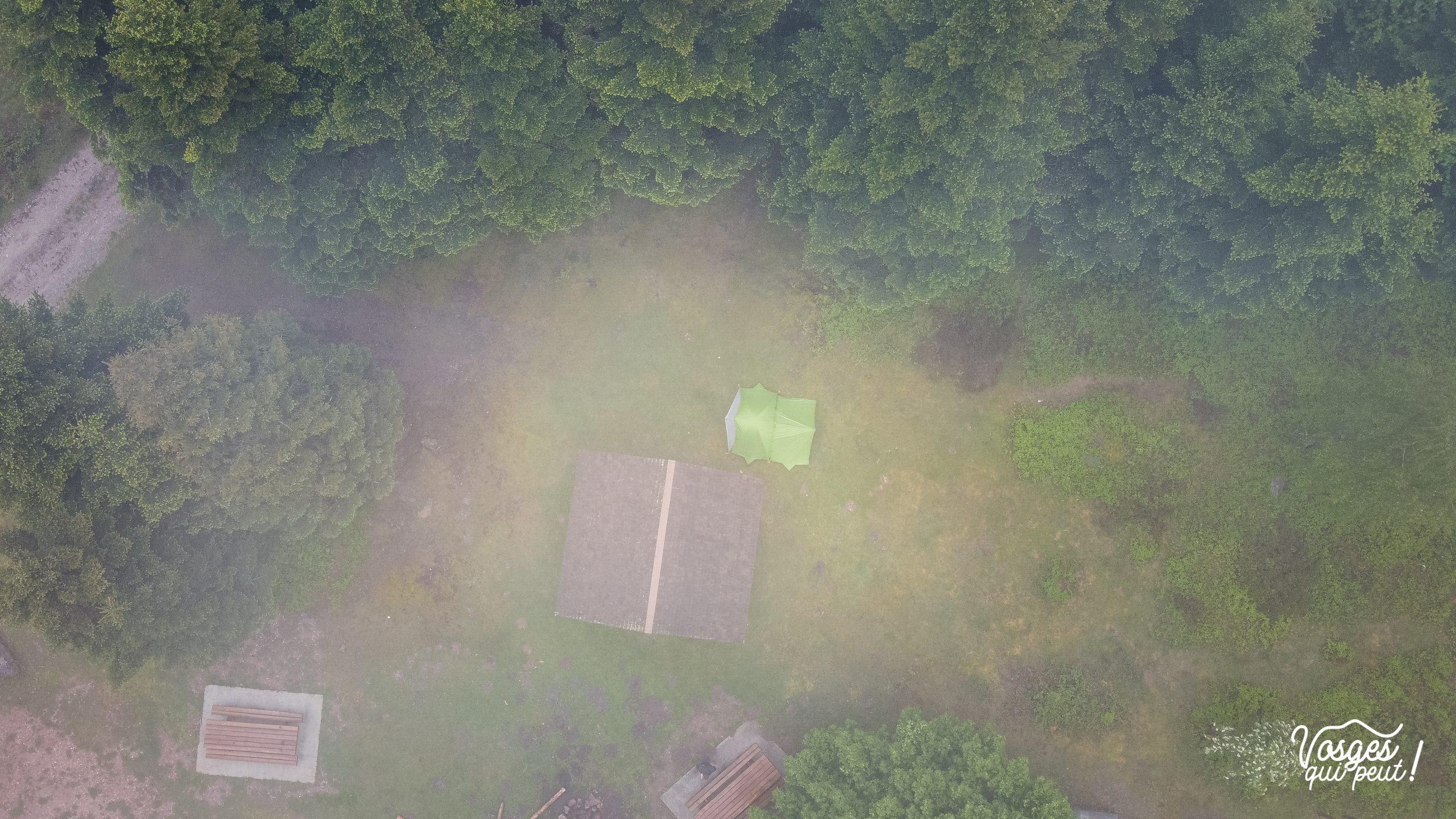 La cabane du col de la Schleife dans les Vosges et une tente montée pour un bivouac