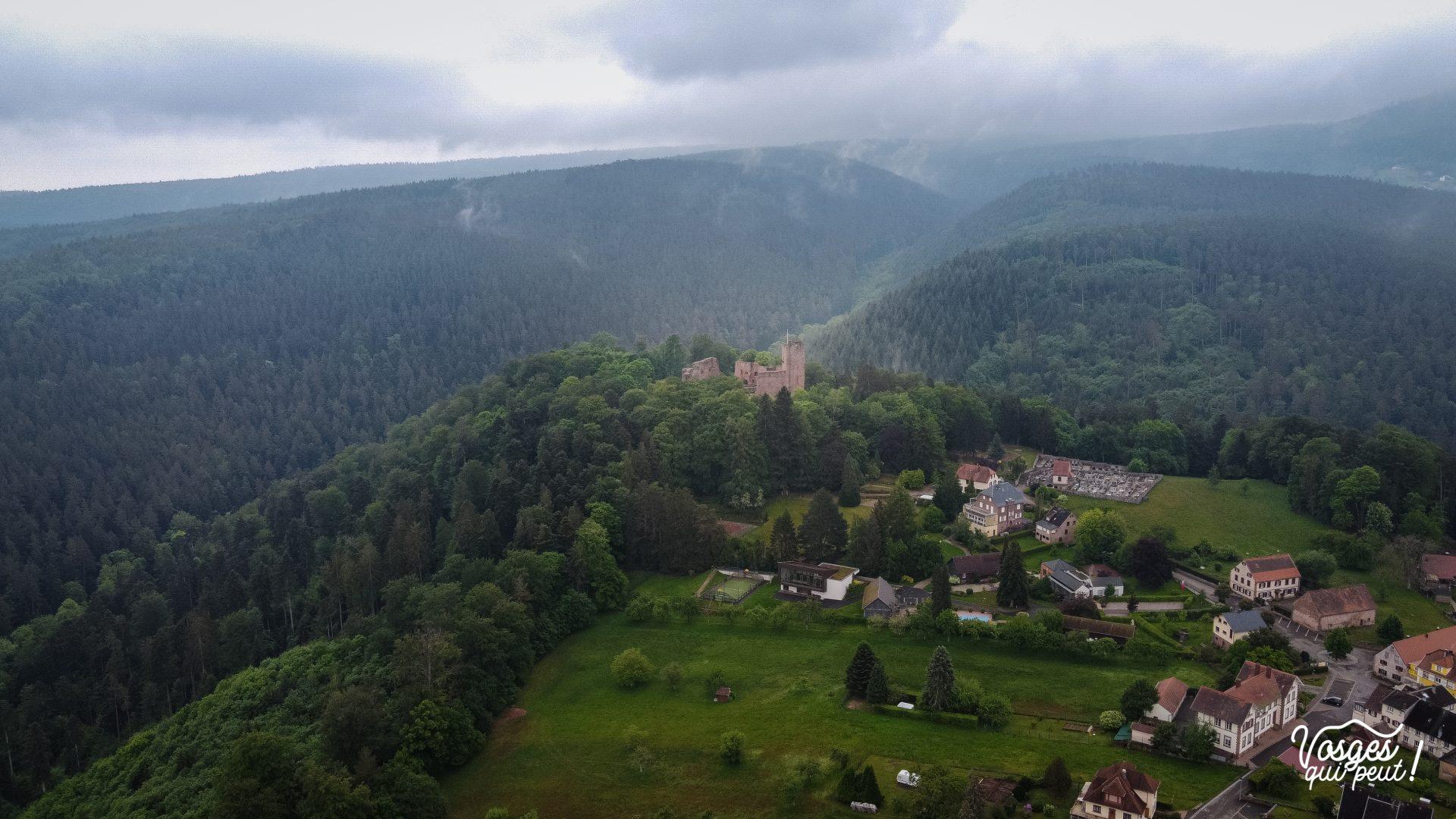 Le village de Wangenbourg en Alsace et son château vu du ciel
