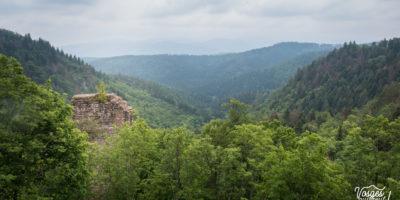 Le donjon du château du Nideck en pleine forêt dans les Vosges