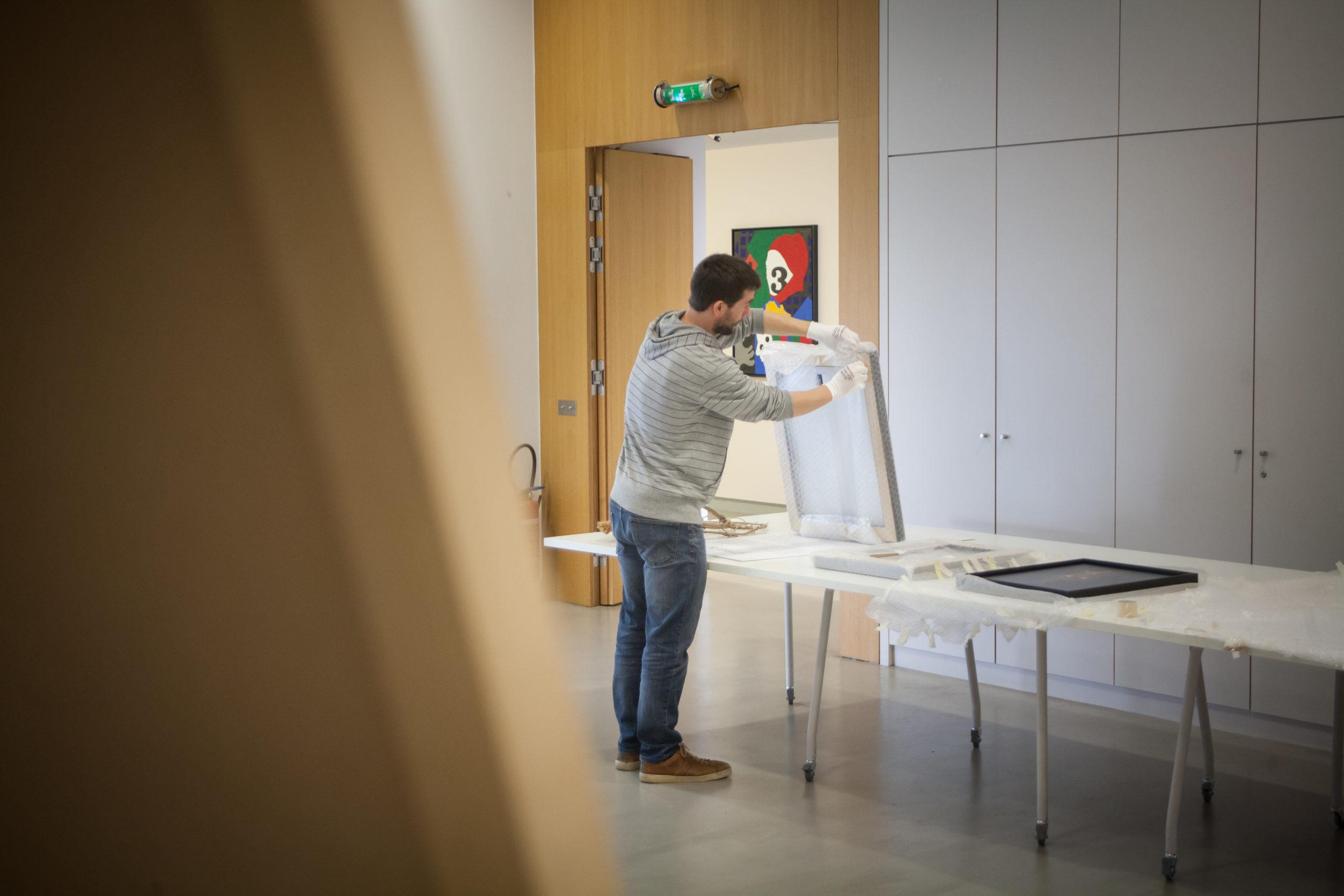 Hugo Mairelle, artiste plasticien alsacien, manie l'une des œuvres réalisée avec le photographe Vincent Muller au sein du musée Würth en Alsace