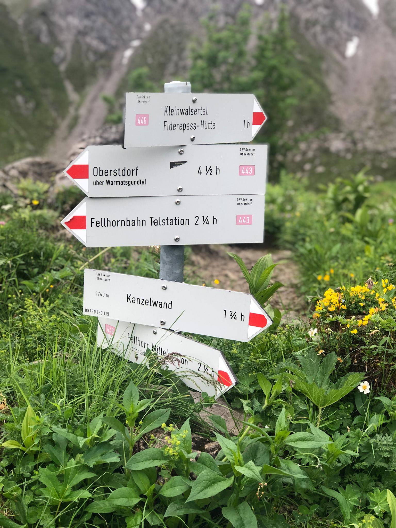 Panneaux de balisage sur les chemins de randonnée dans les Alpes d'Allgäu en Bavière