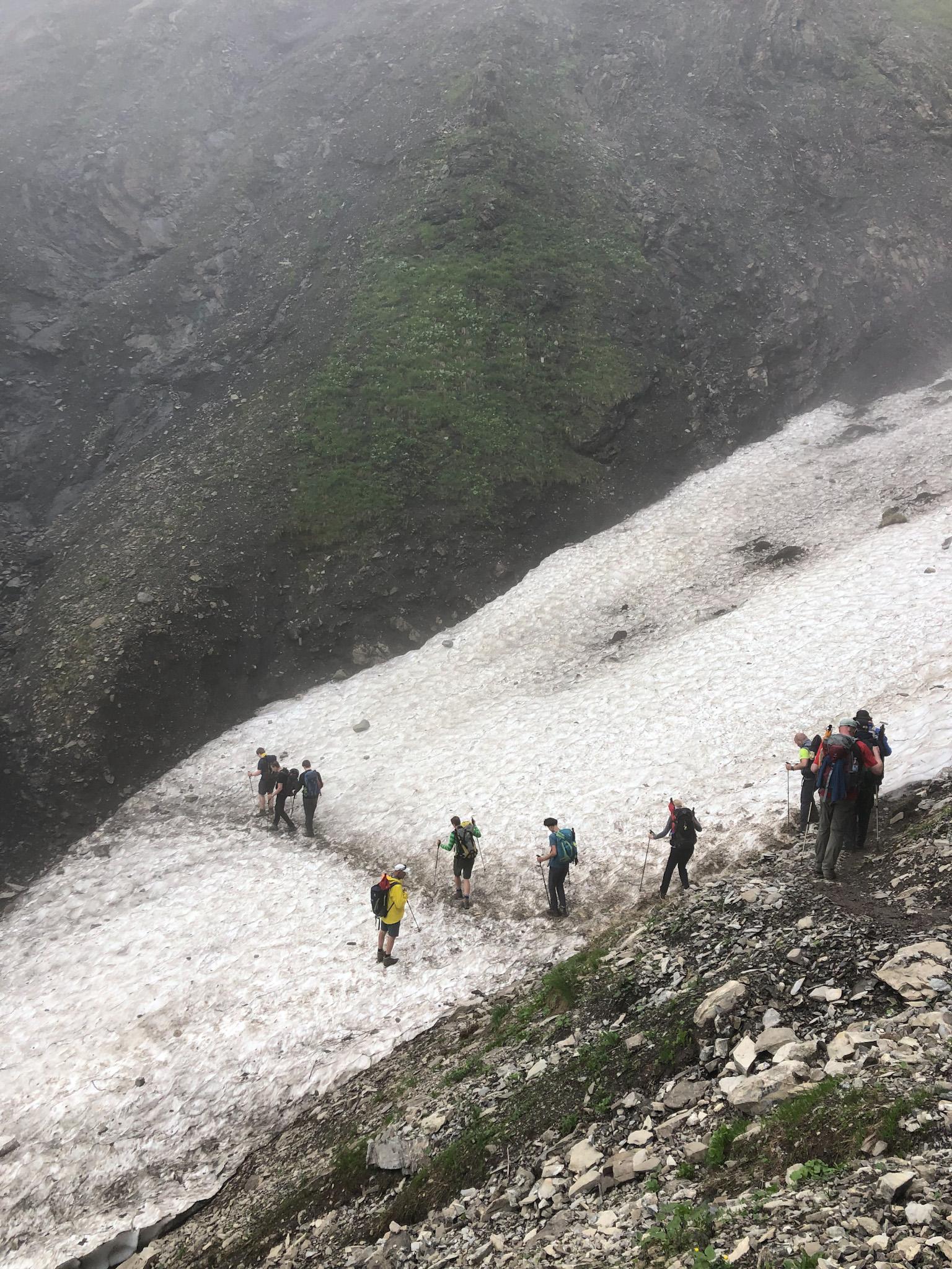 Un groupe de randonneurs traverse un névé sous l'œil bienveillant de son guide de haute montagne en Bavière