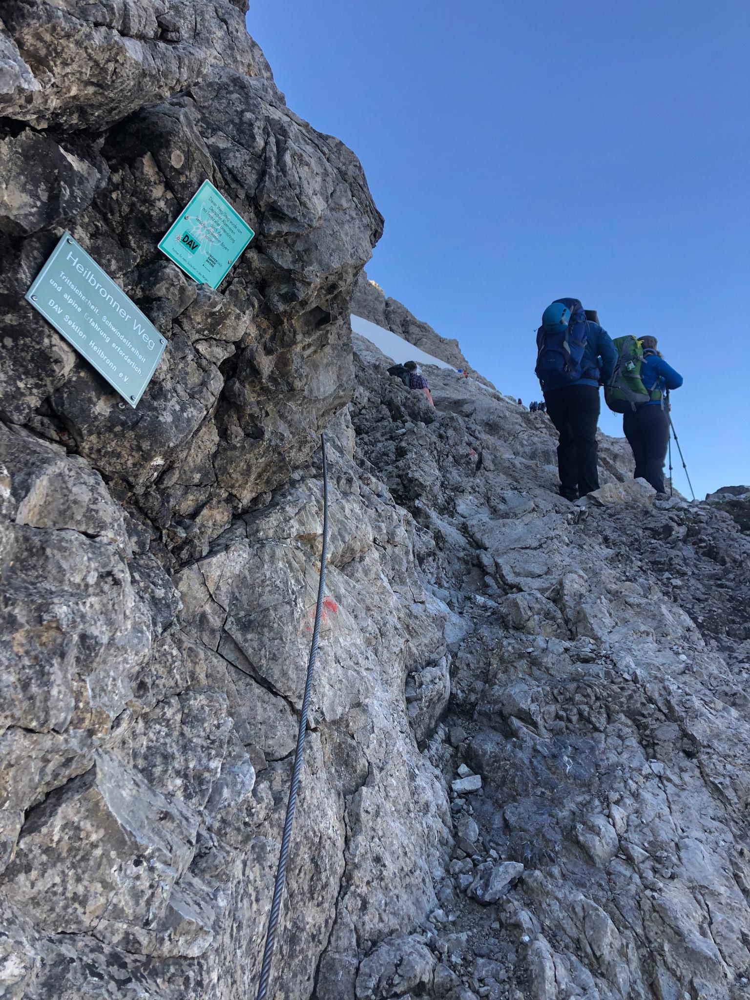 Deux randonneurs évoluent sur le Heilbronner weg dans les Alpes d'Allgäu en Bavière