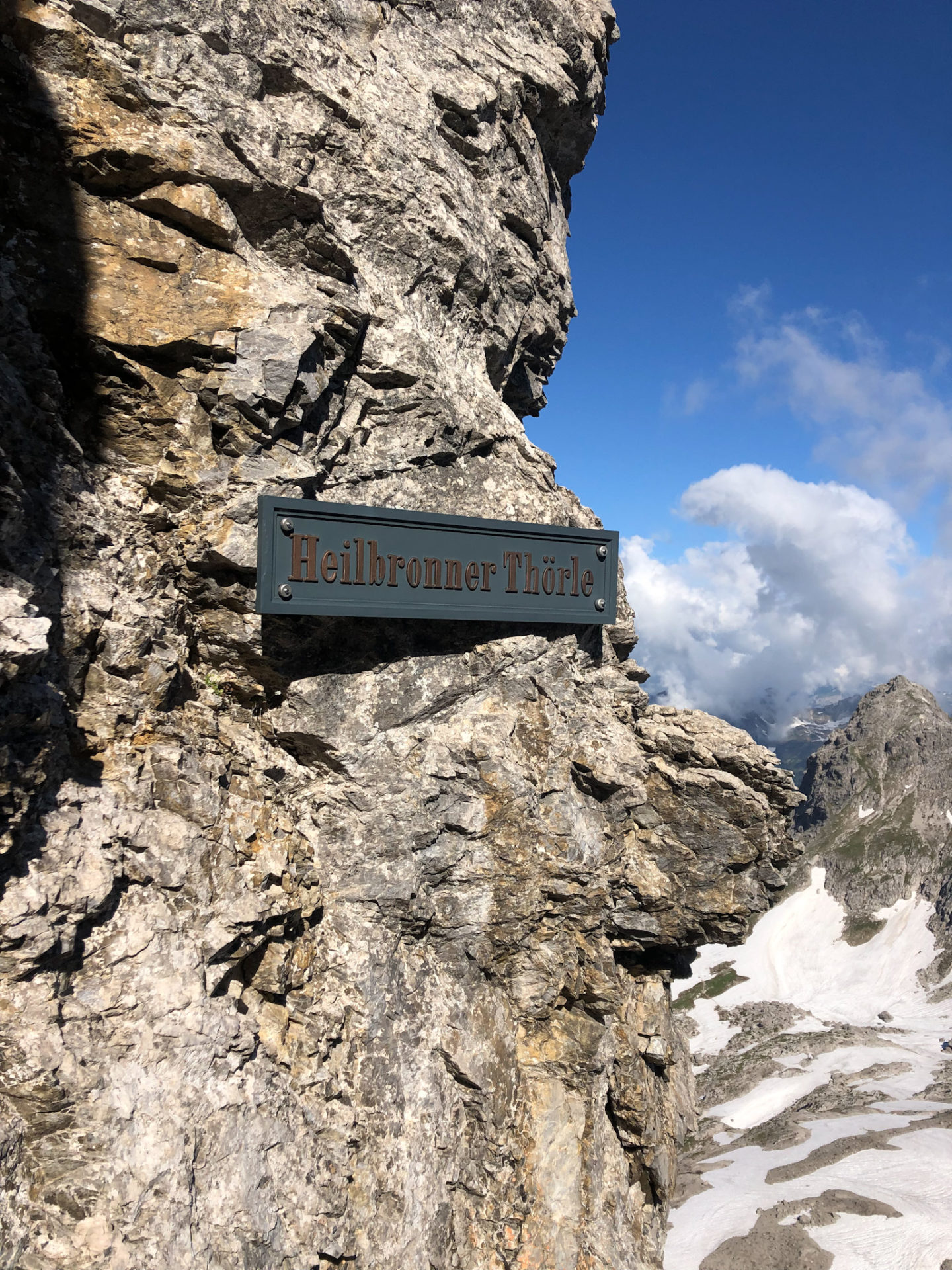 Un panneau du Heilbronner weg dans les Alpes d'Allgäu en Bavière