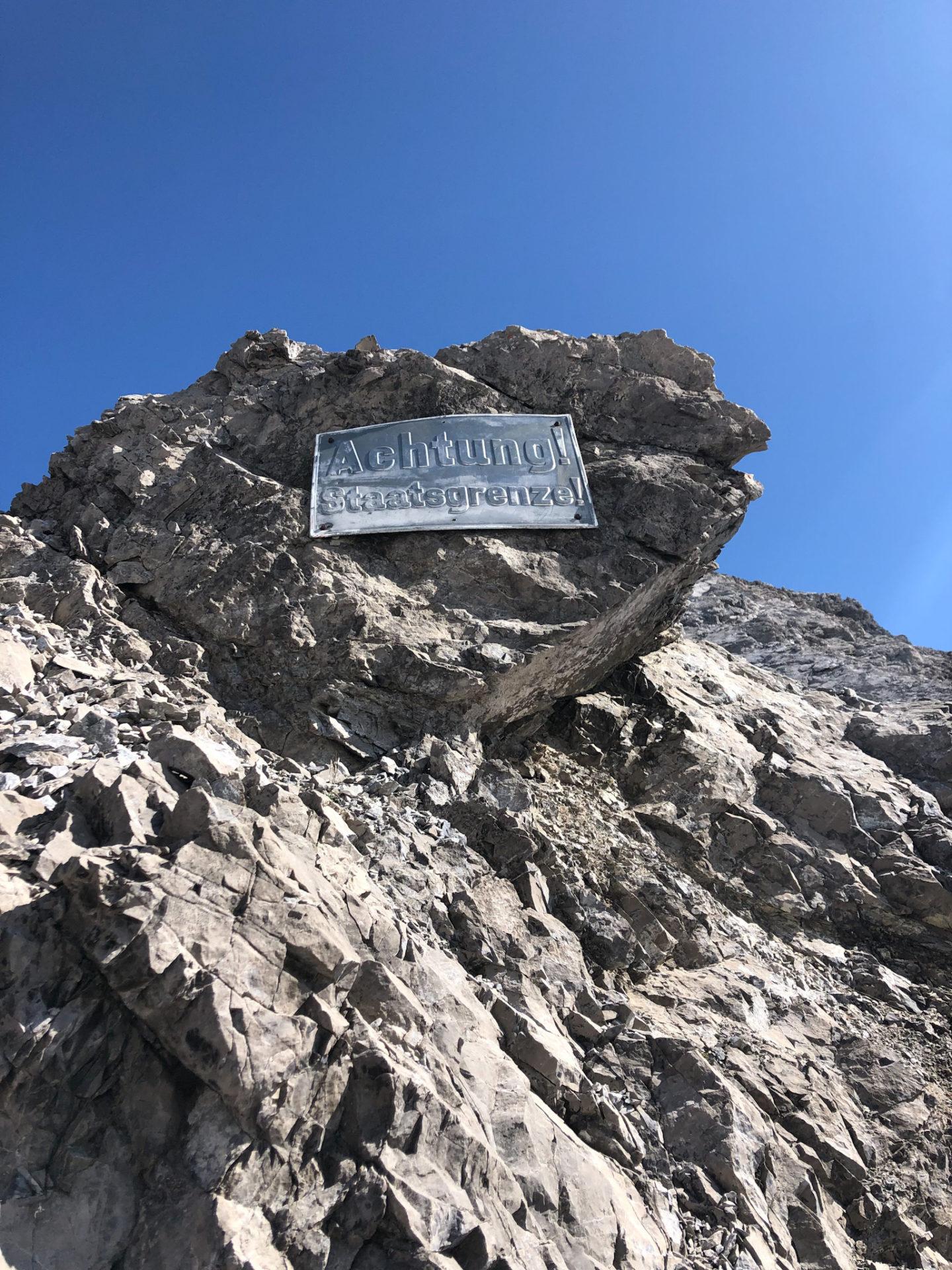 Panneau de passage de frontière sur le Heilbronner weg dans les Alpes d'Allgäu en Bavière