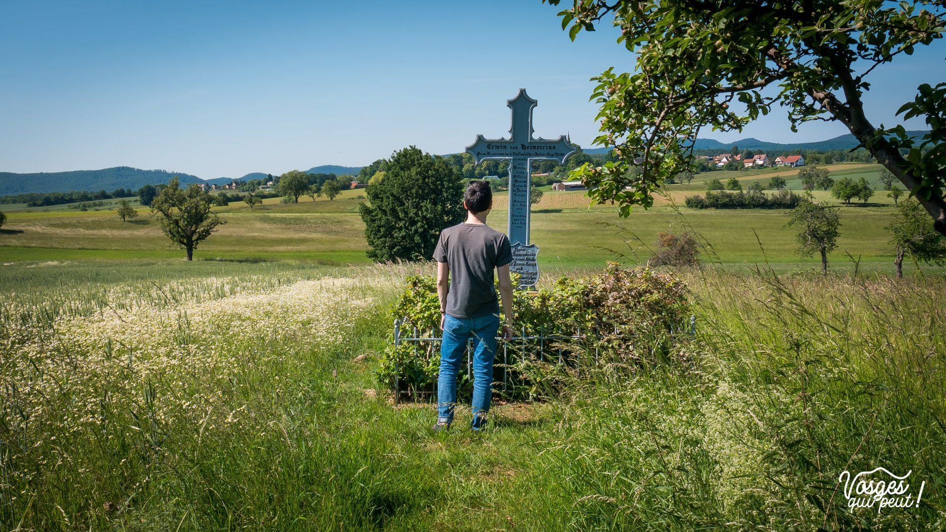 Un randonneur se tient devant la tombe d'un soldat prussien tombé au combat lors de la bataille de Wœrth-Frœschwiller en Alsace