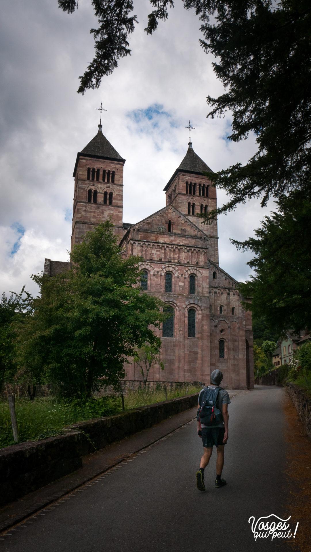 Fronton de l'église abbatiale St-Léger à Murbach à côté de Guebwiller en Alsace et un randonneur en premier plan