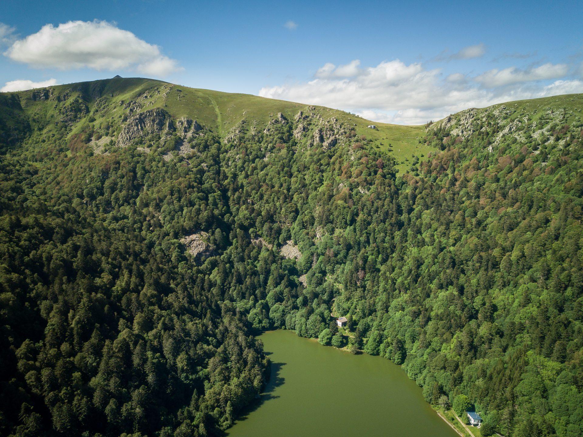 Le lac du Schiessrothried dans les Vosges et le sommet du Hohneck