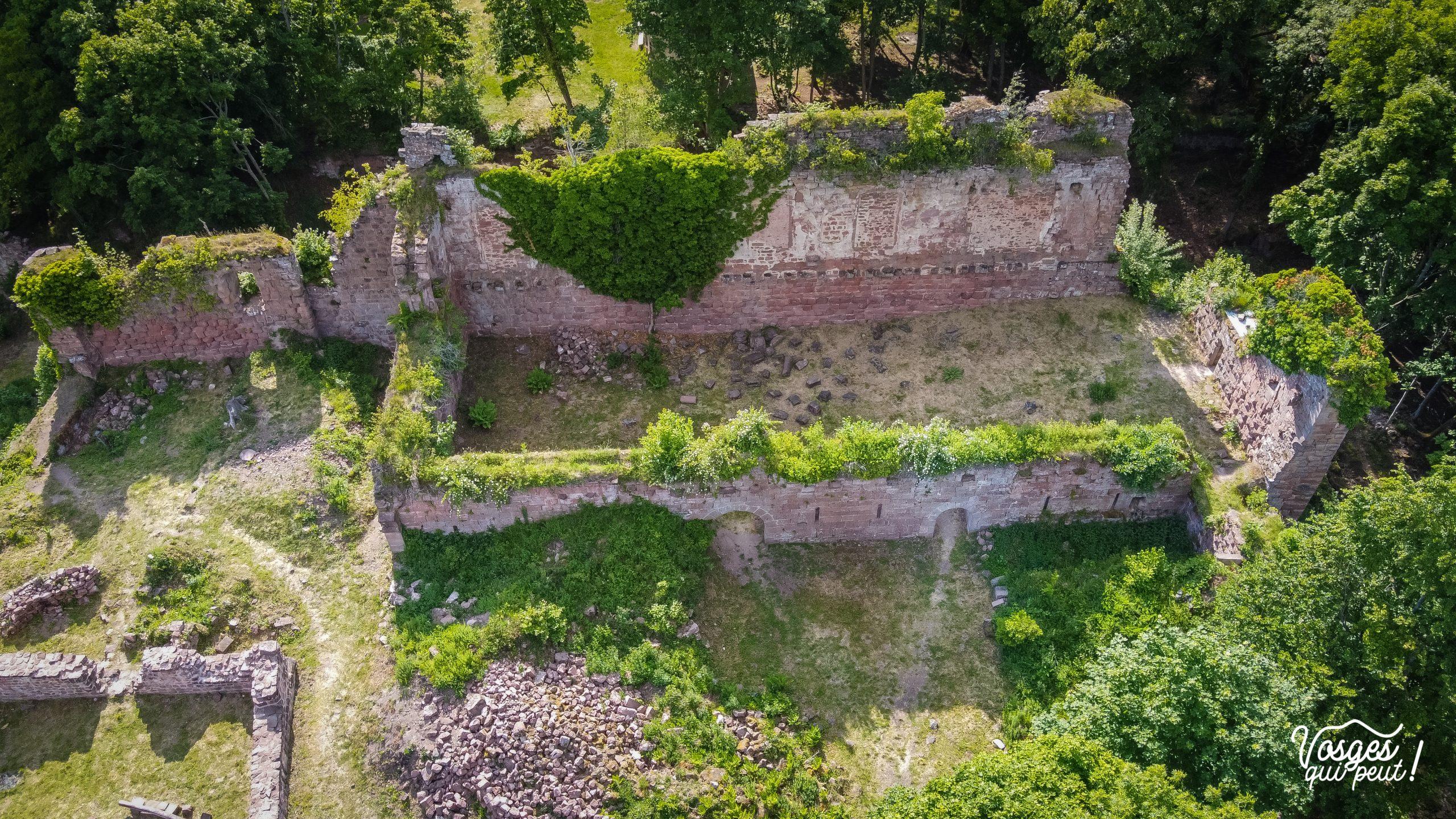 Vue aérienne sur les ruines du château de Guirbaden