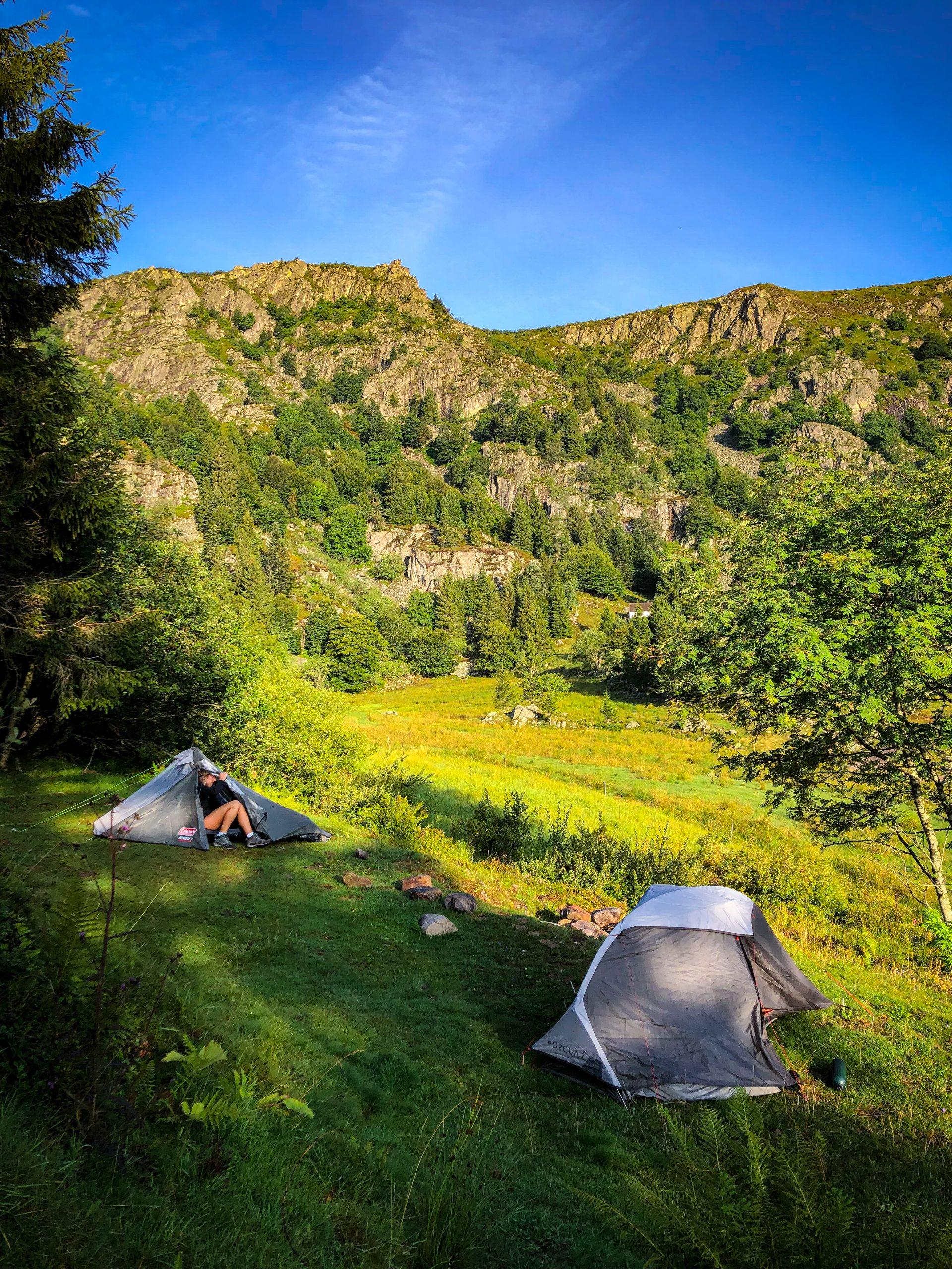 Deux tentes plantées non loin du lac du Forlet dans les Vosges pour un bivouac