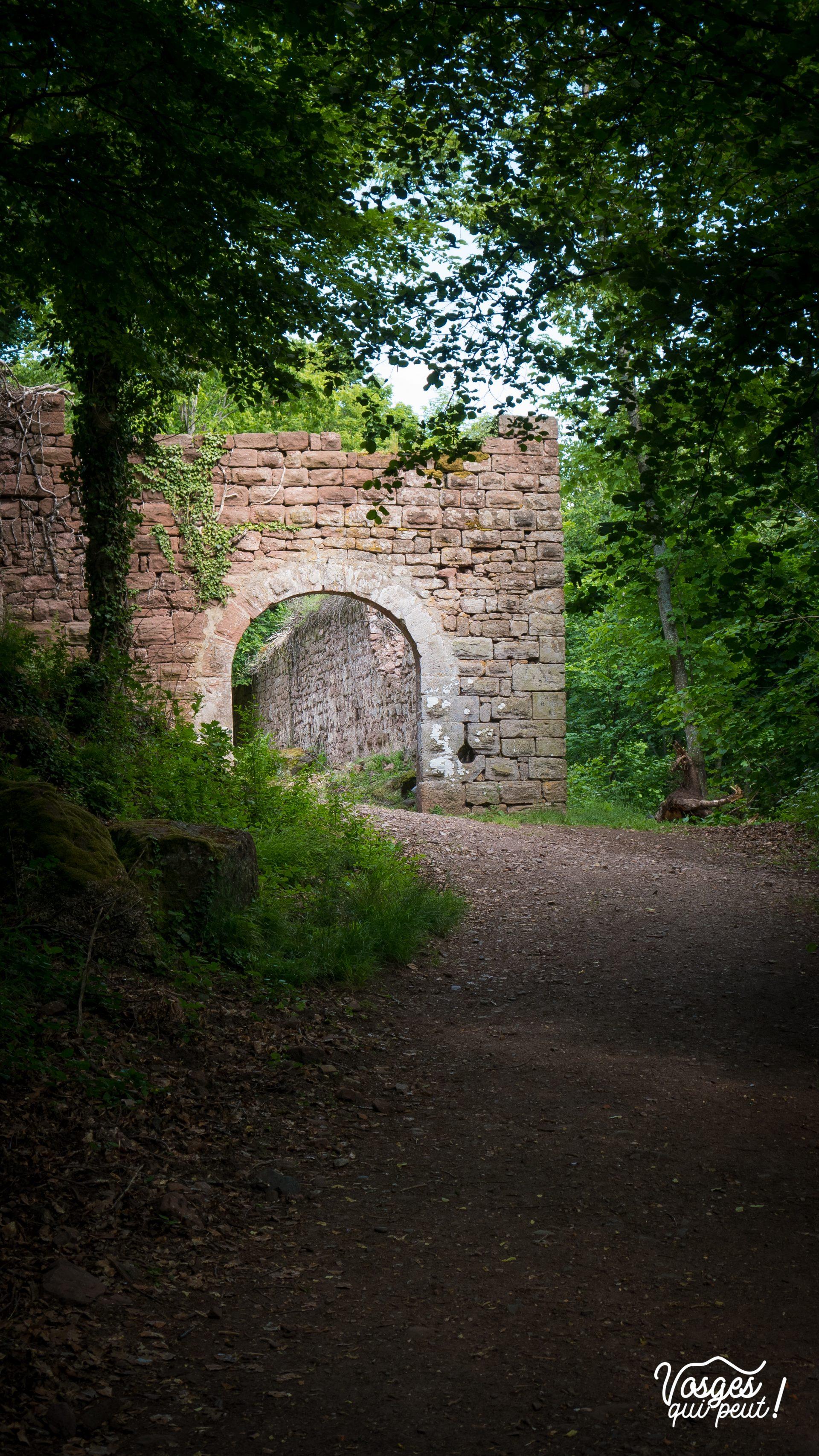 La porte du château du Guirbaden en pleine forêt d'Alsace