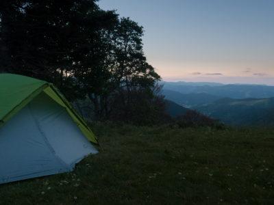 Un tente montée pour un bivouac dans les Vosges au-dessus de la vallée de Munster