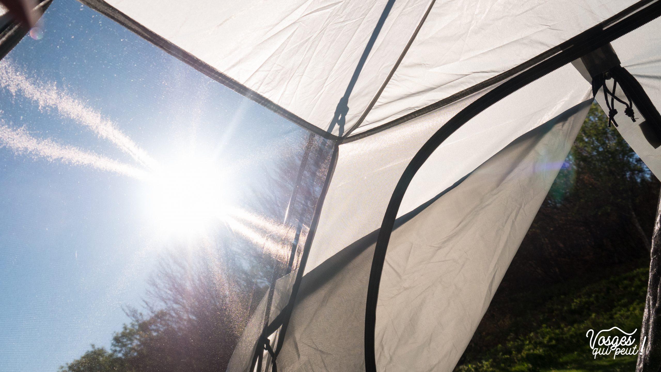 Le soleil à travers la toile d'une tente pendant un bivouac dans les Vosges