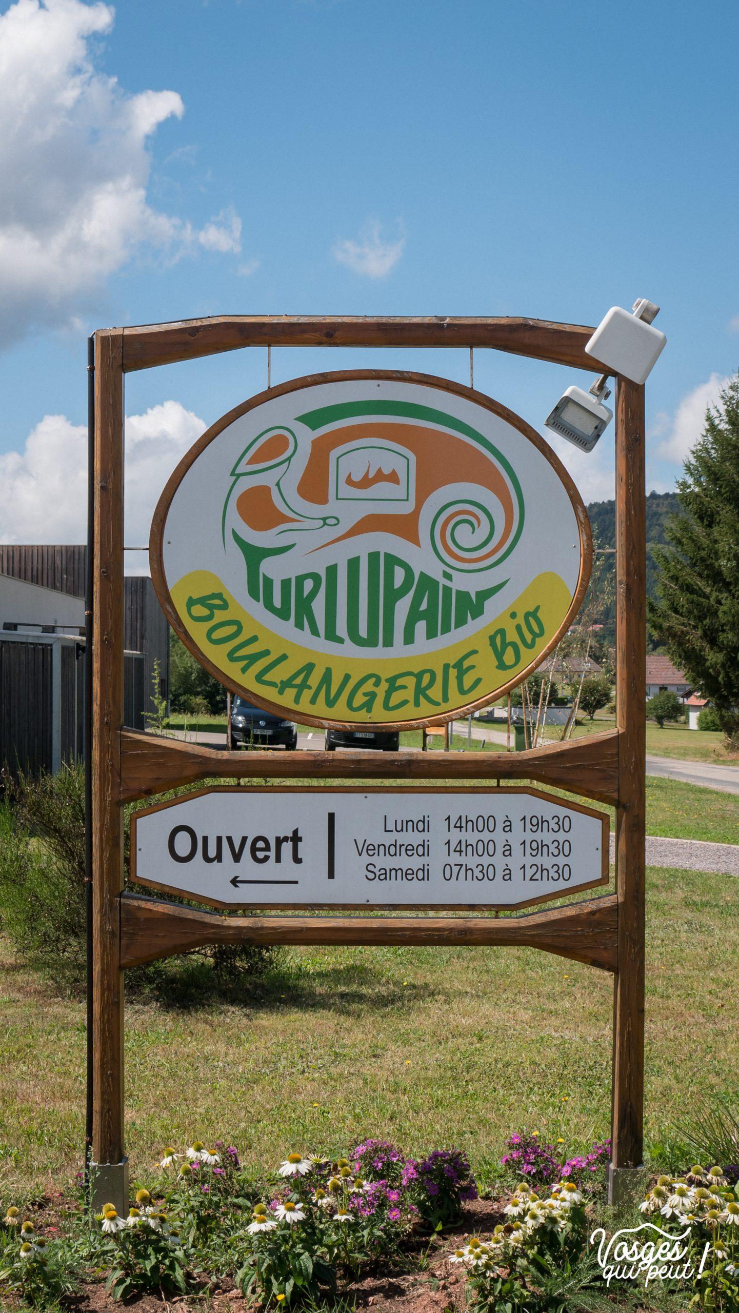 Panneau d'horaires d'ouverture de la boulangerie Turlupain dans la vallée de la Bruche à Saales