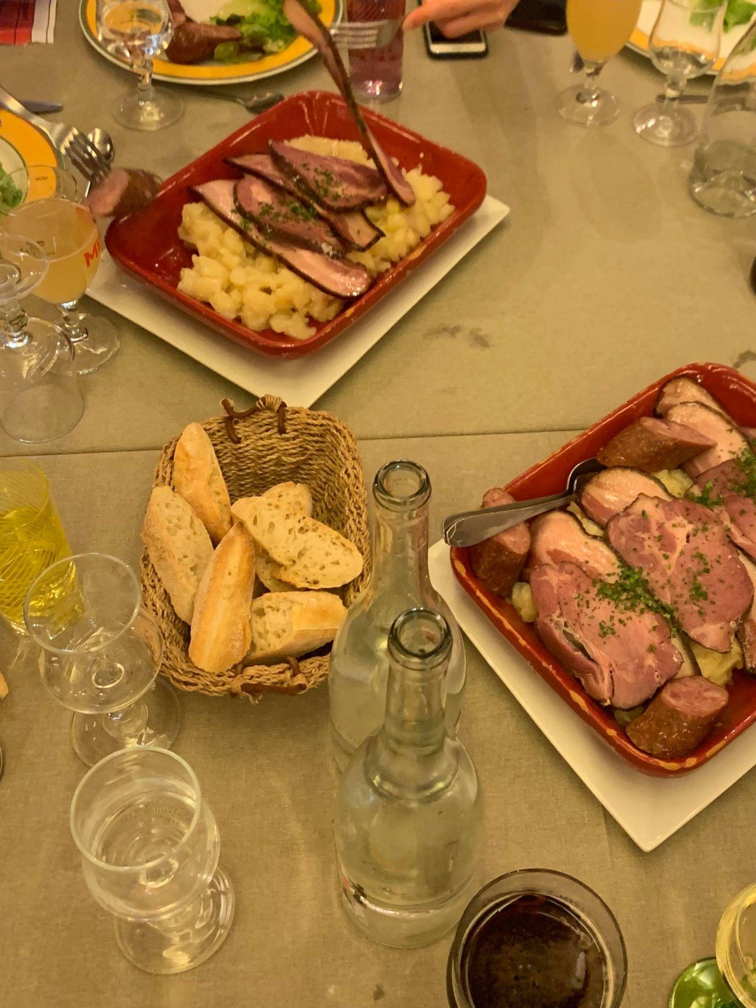 Une table avec un repas marcaire pendant la Nuit des Refuges