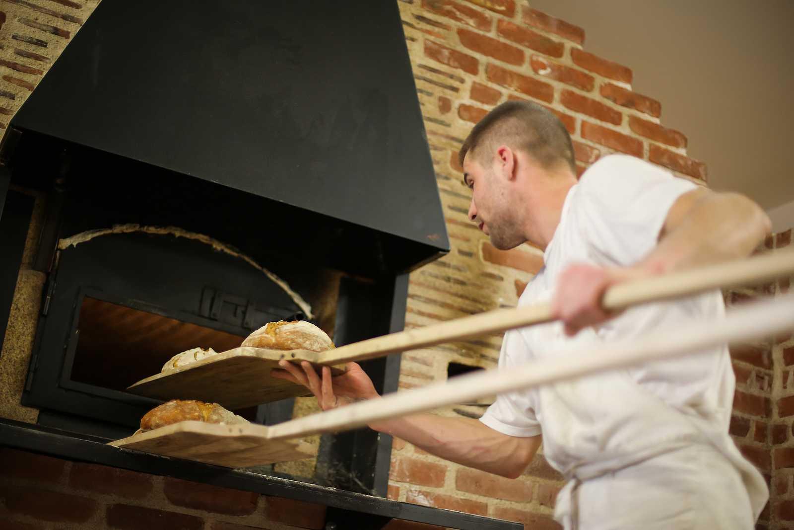 Un boulanger de chez Turlupain sort du fort des pains bio