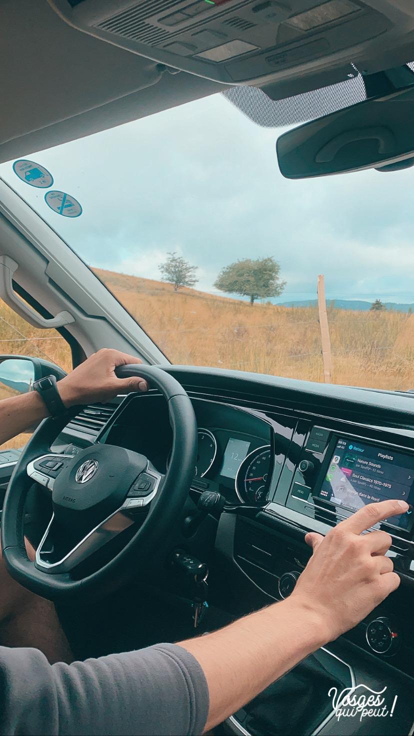 Intérieur d'un Volkswagen California Campervan et son conducteur dans les Vosges