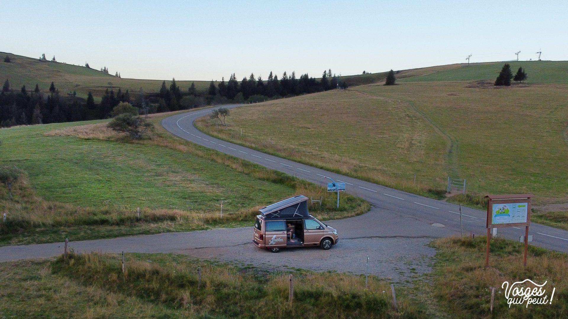 Un van WeVan installé pour la nuit à côté de la Route des Crêtes dans les Vosges